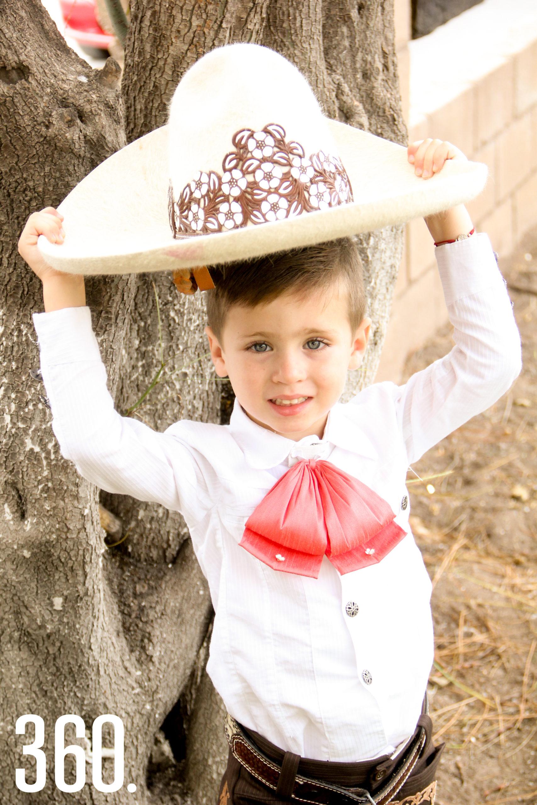 Alejandro, que va a cumplir 4 años, ya porta con orgullo el traje charro.