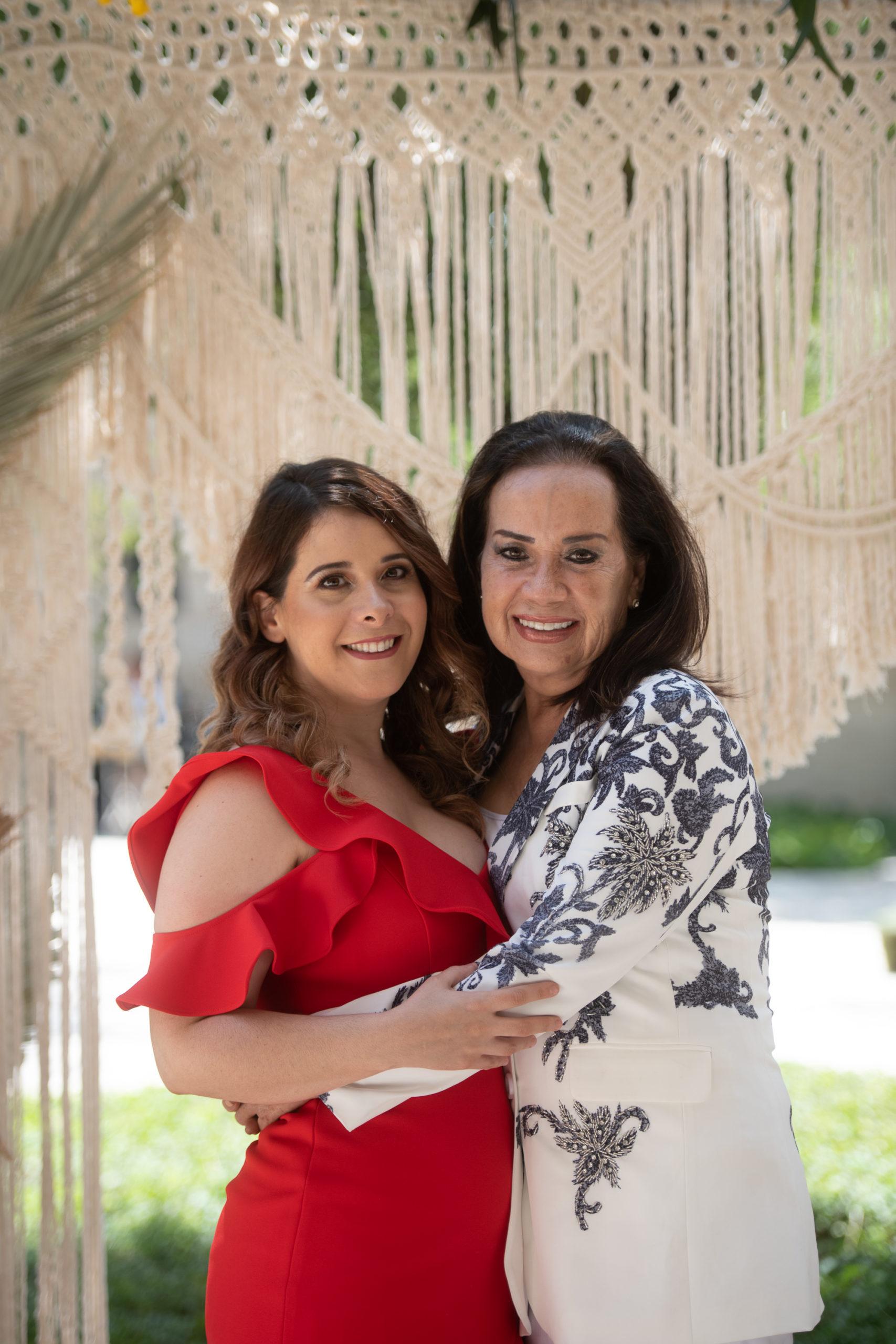 Romy Obando y Denise Valdez de Obando.