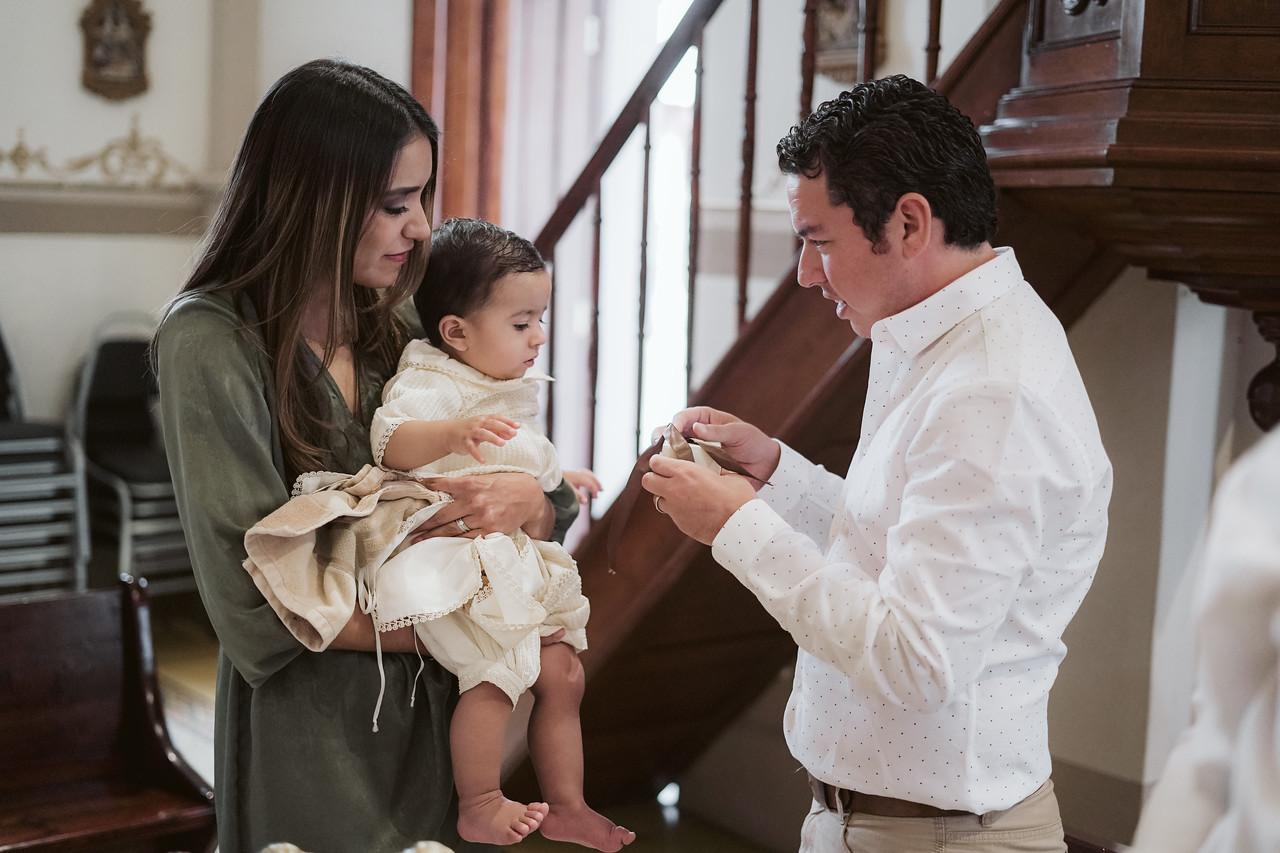 Gonzalo con sus padrinos.