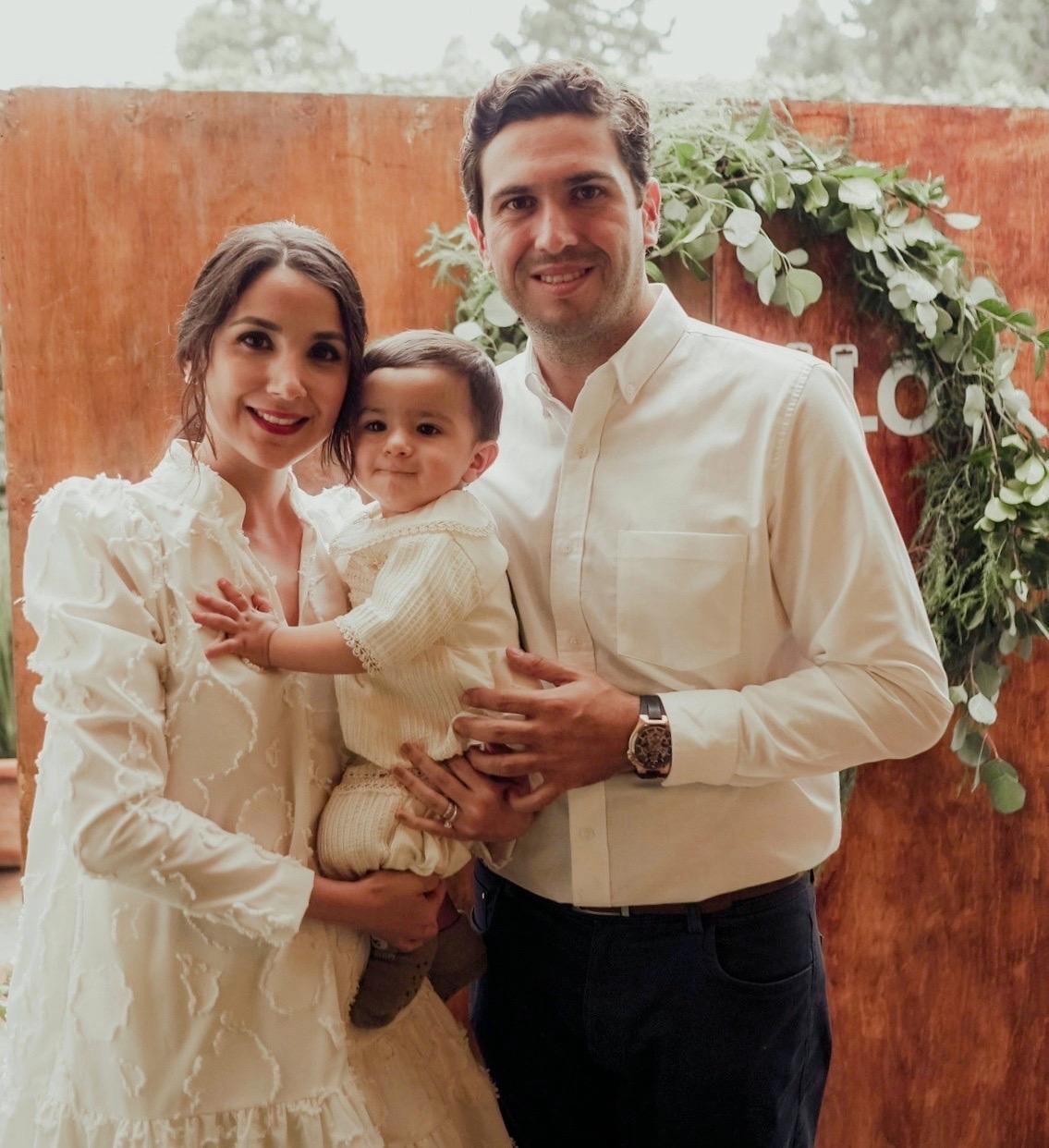 Gonzalo Peart Treviño con sus papás, Jorge Peart y Daniela Treviño.