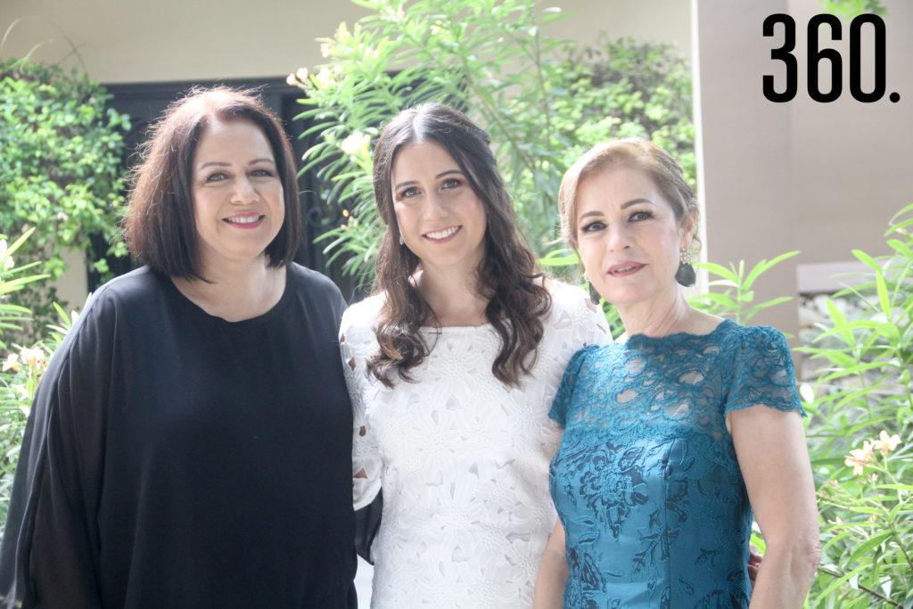 Maru con las anfitrionas de la despedida, María Eugenia Morales y Tita Villarreal.