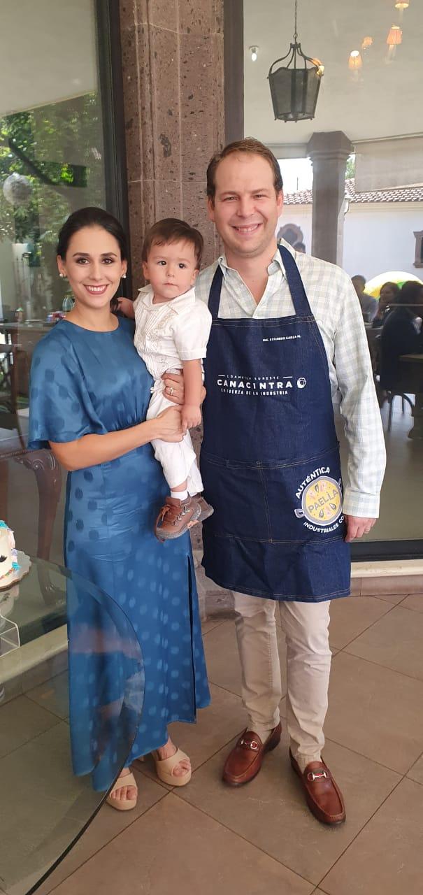 Eduardo Evelio con sus papás.