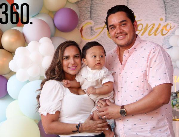 Antonio con sus padres, Ana Cris Fernández y Antonio Dávila.