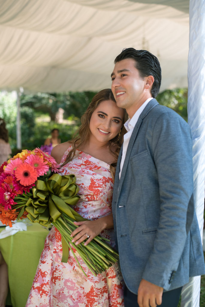 El novio la sorprendió con flores.
