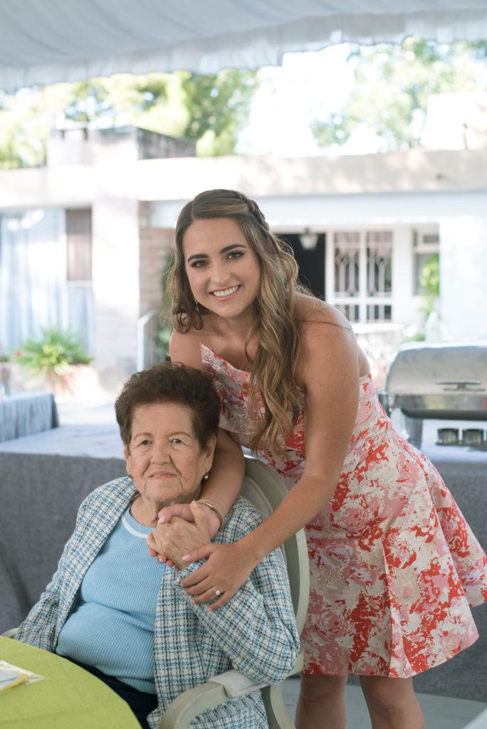 Con su abuelita Yolanda Dávila.