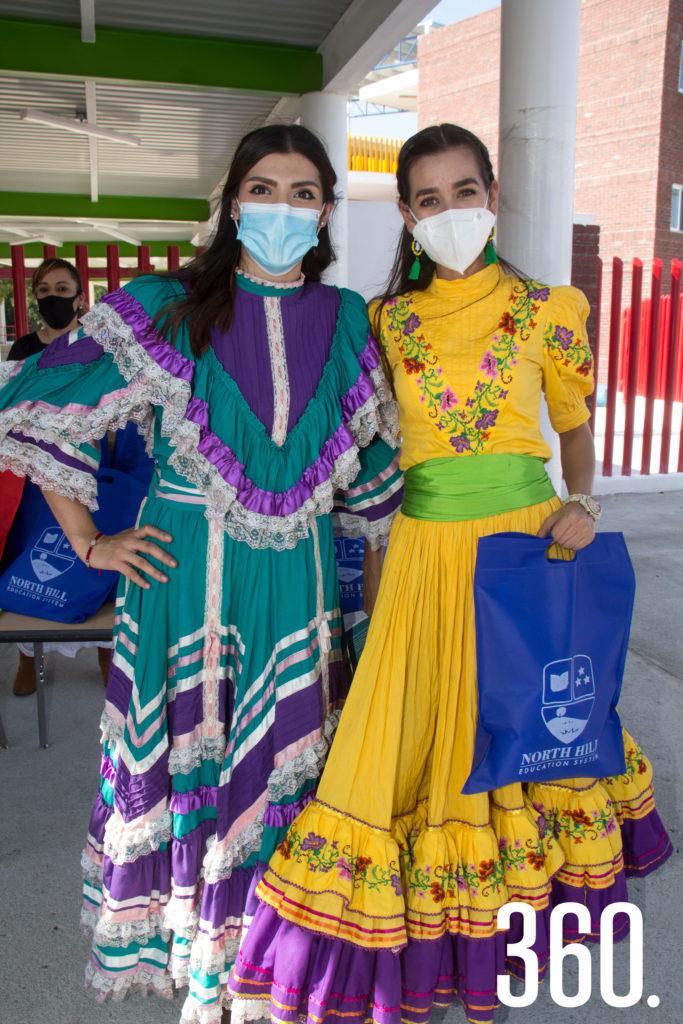 Las misses Tania Hinojosa y Mayis Valdés entregaron los materiales del mes de octubre a sus alumnos.