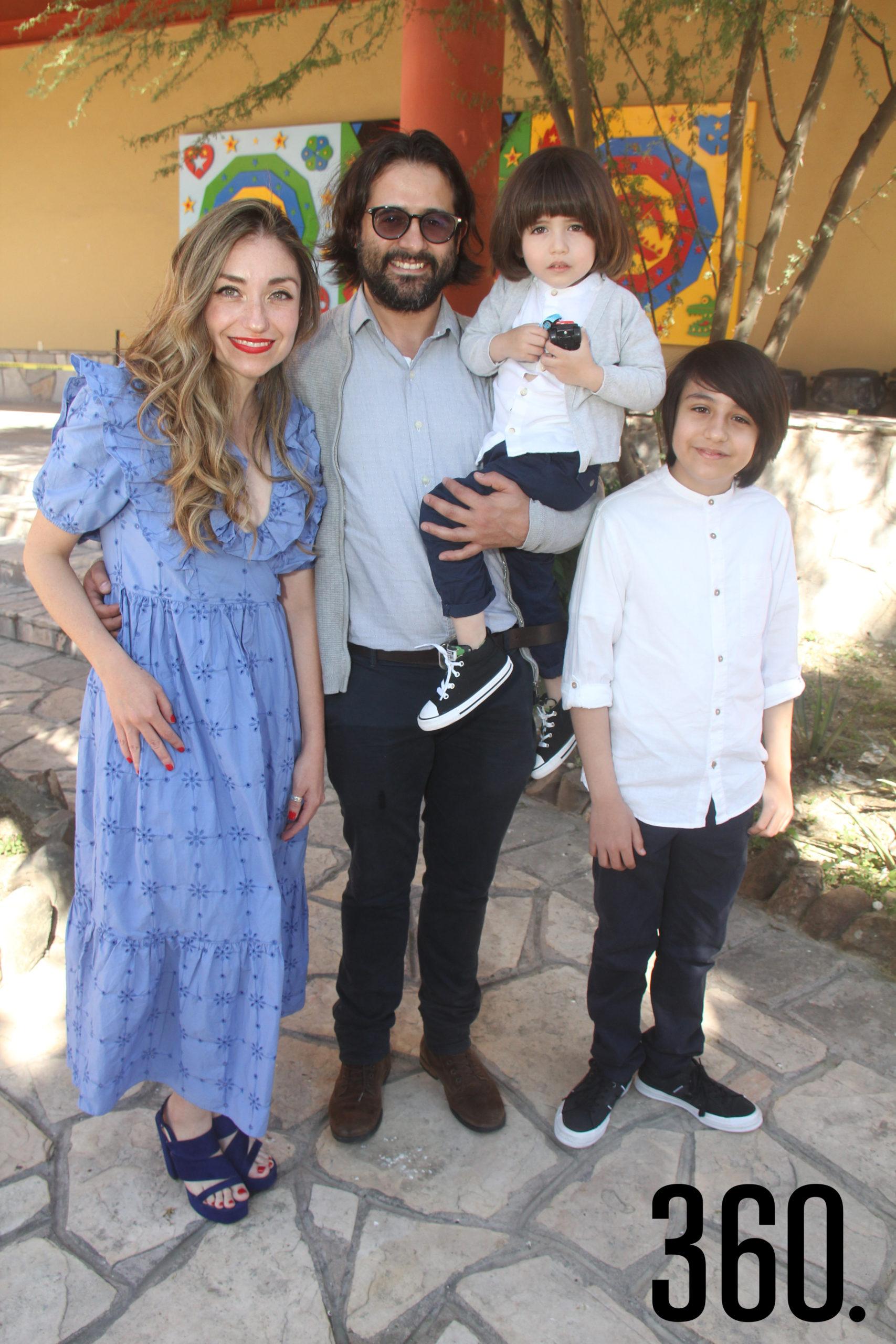 Vanessa Dávila y Alfredo Cavazos con sus hijos Gibrán y Damián.