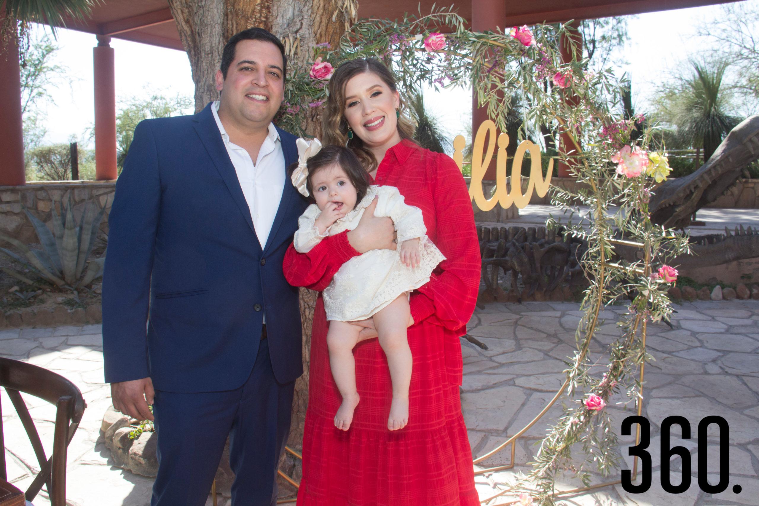 David Contreras López y Paloma Castilla Macedo con su ahijada Emilia.