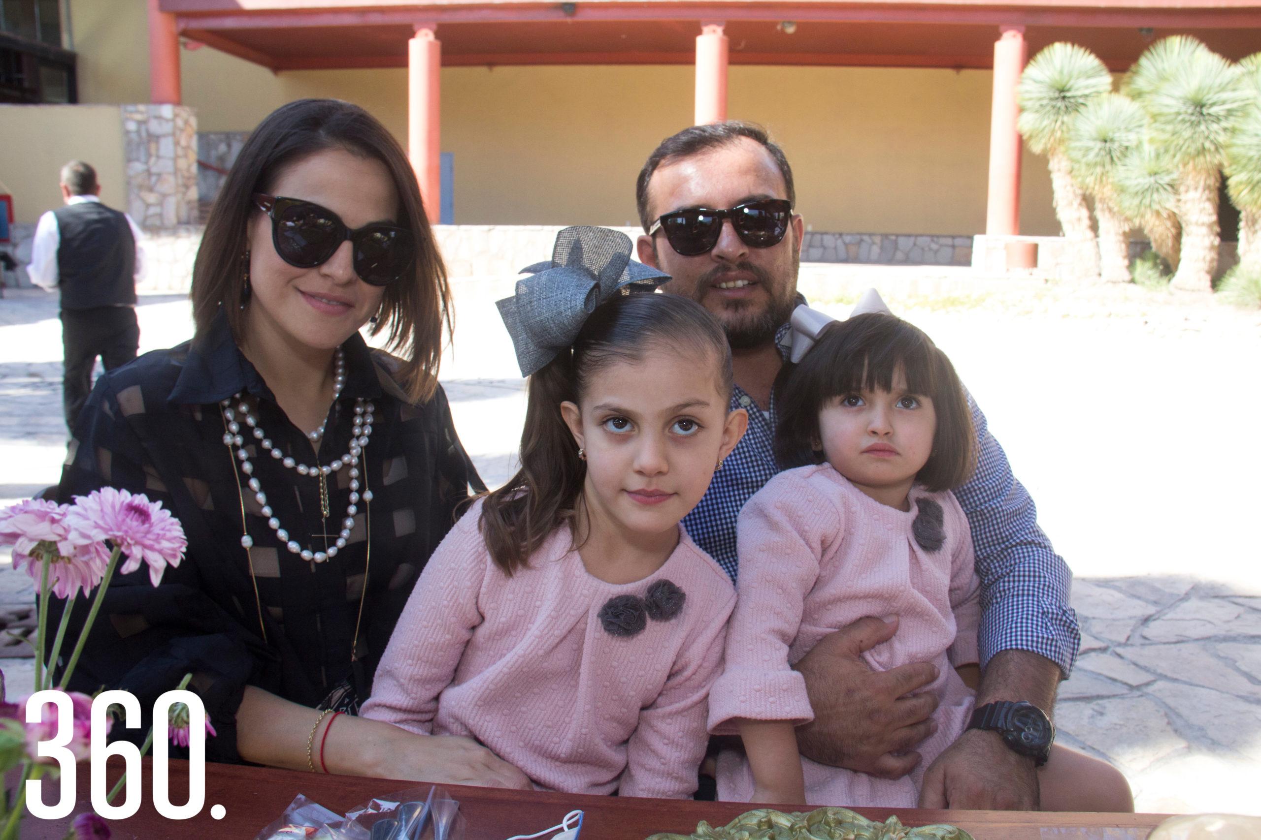 Elisa Serna y Antonio Ortiz con sus hijas Cayetana y Silvana.