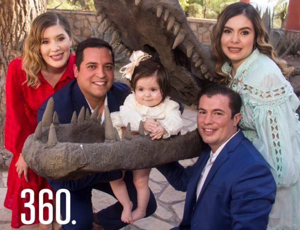 Emilia con sus padres, Daniel Cavazos Garza y Nancy Ramos Castillo, y sus padrinos Paloma Castilla Macedo y Paloma Castilla Macedo y David Contreras López.