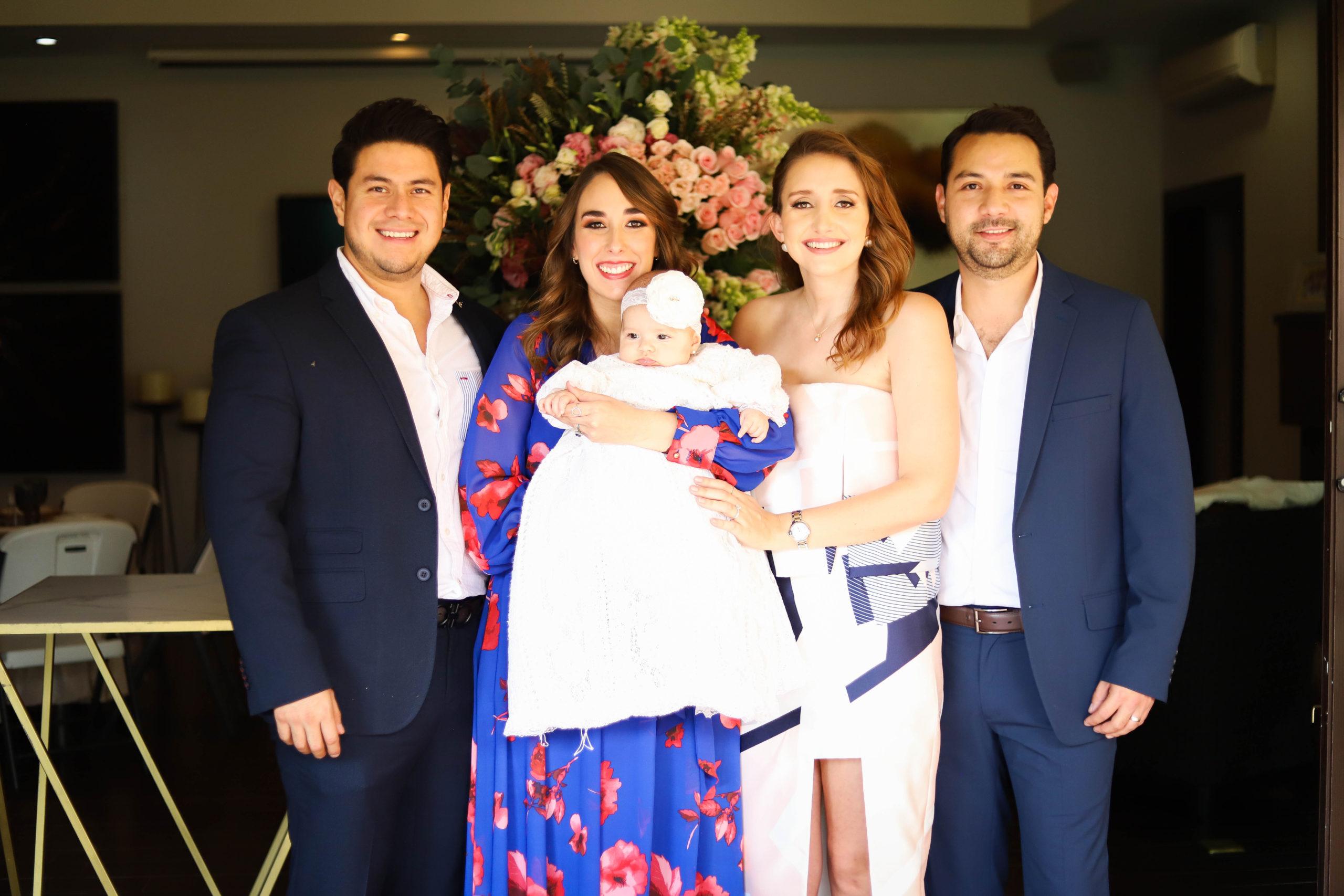 Loretta con sus papás y padrinos.