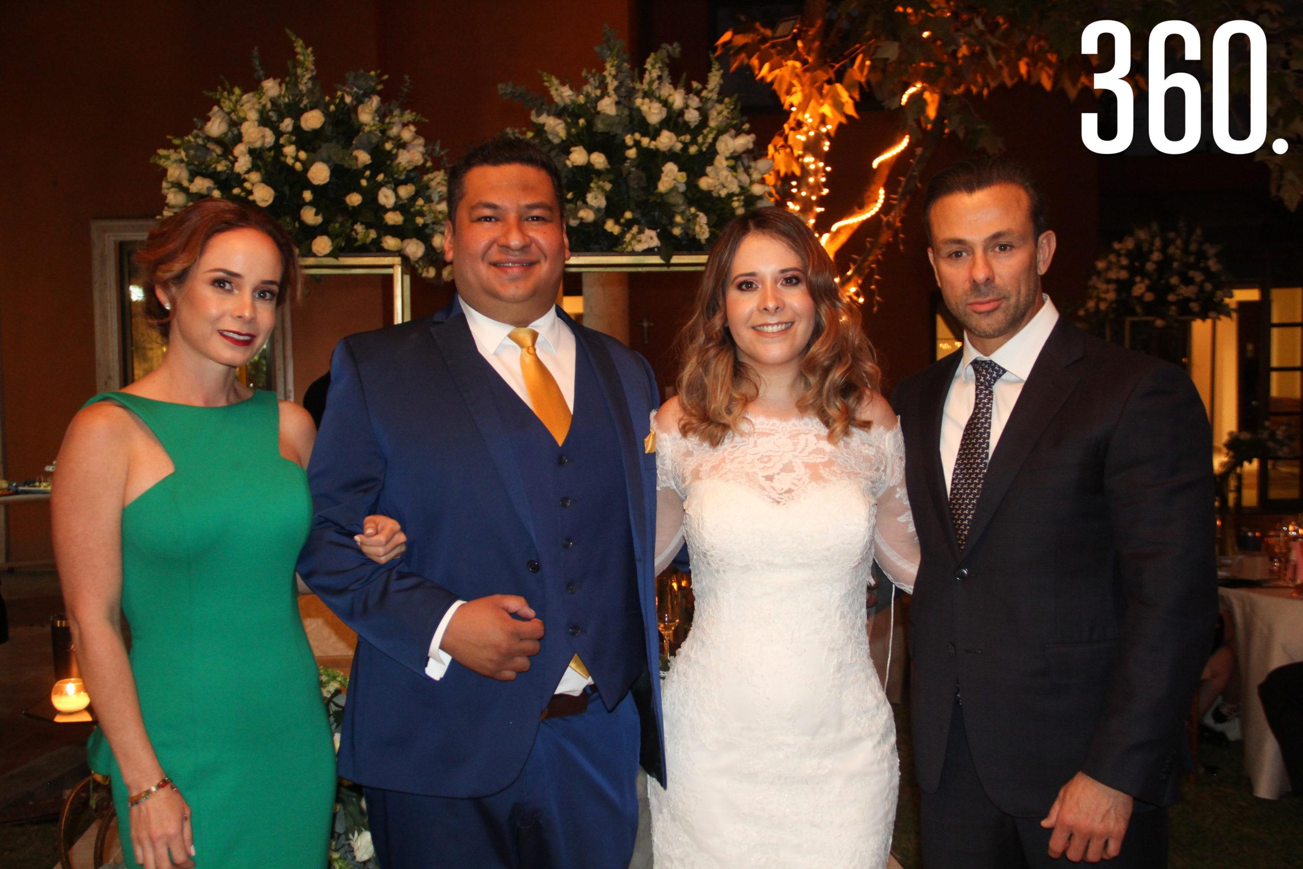 Los novios con Denise Obando y Víctor Mohamar.