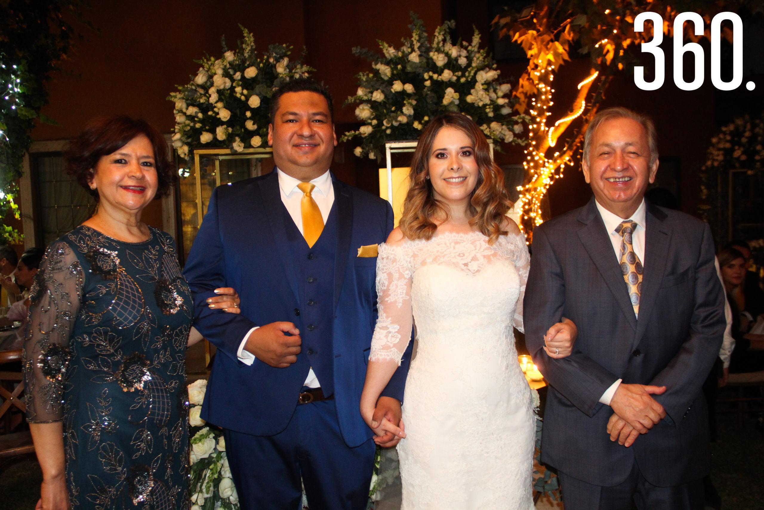 Los novios con Chiquis Álvarez y Marco Barraza, padres de Marco.