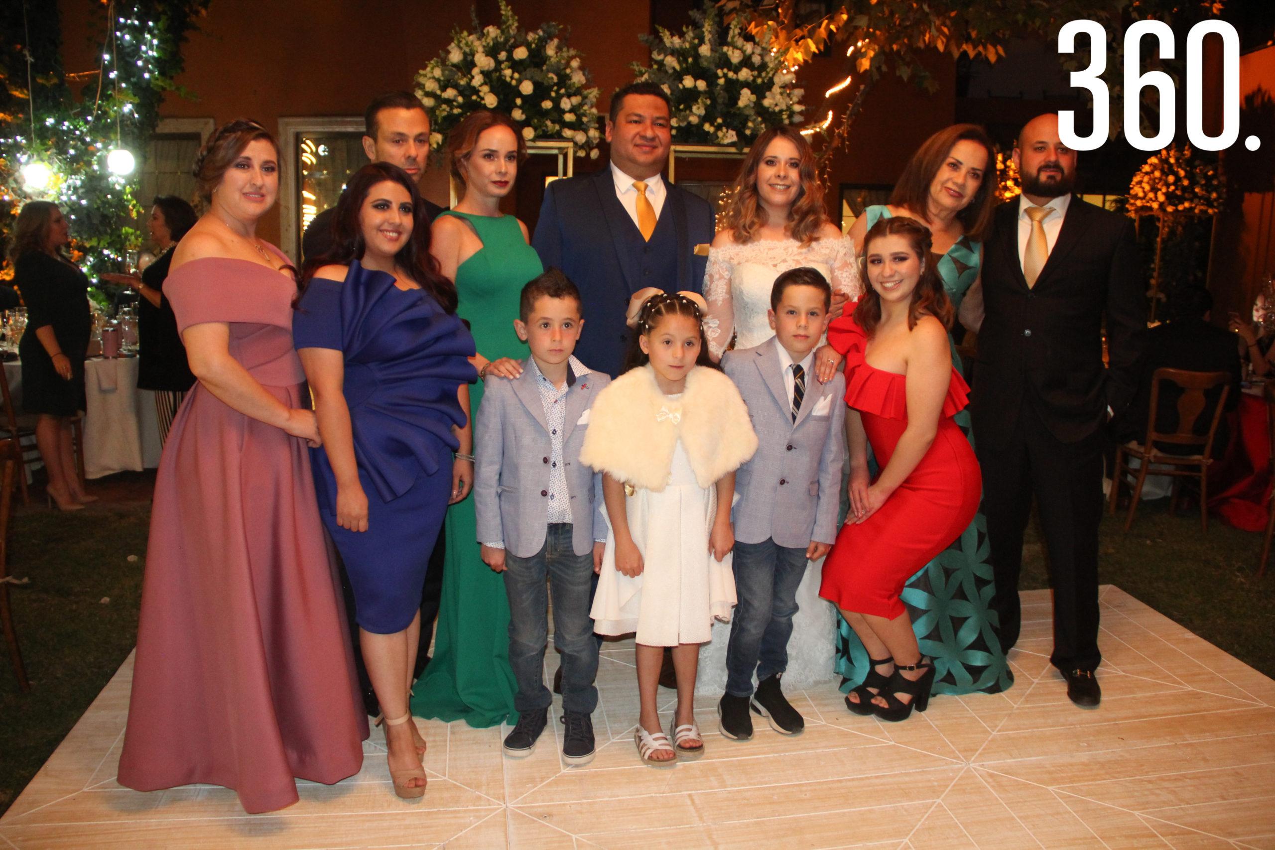 Los novios con la familia de Romina.