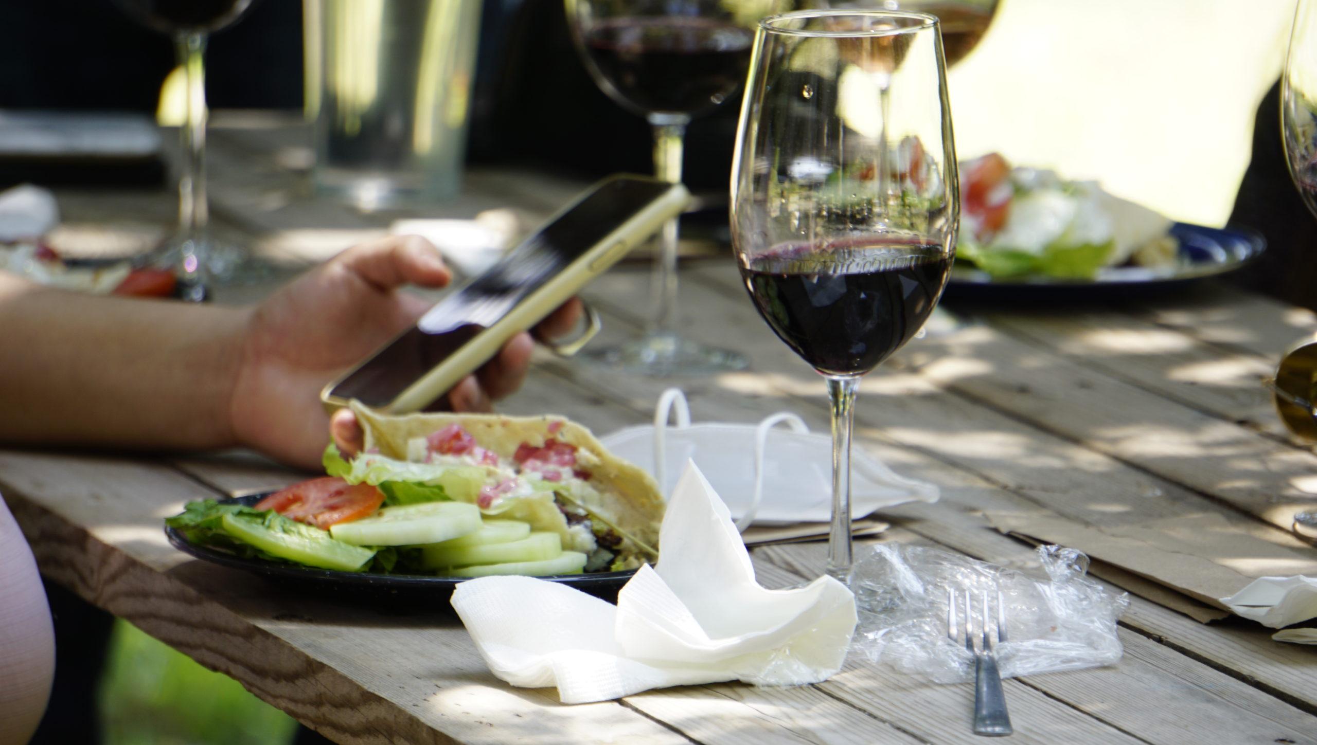 Los asistentes pudieron disfrutar de una cata de vinos.