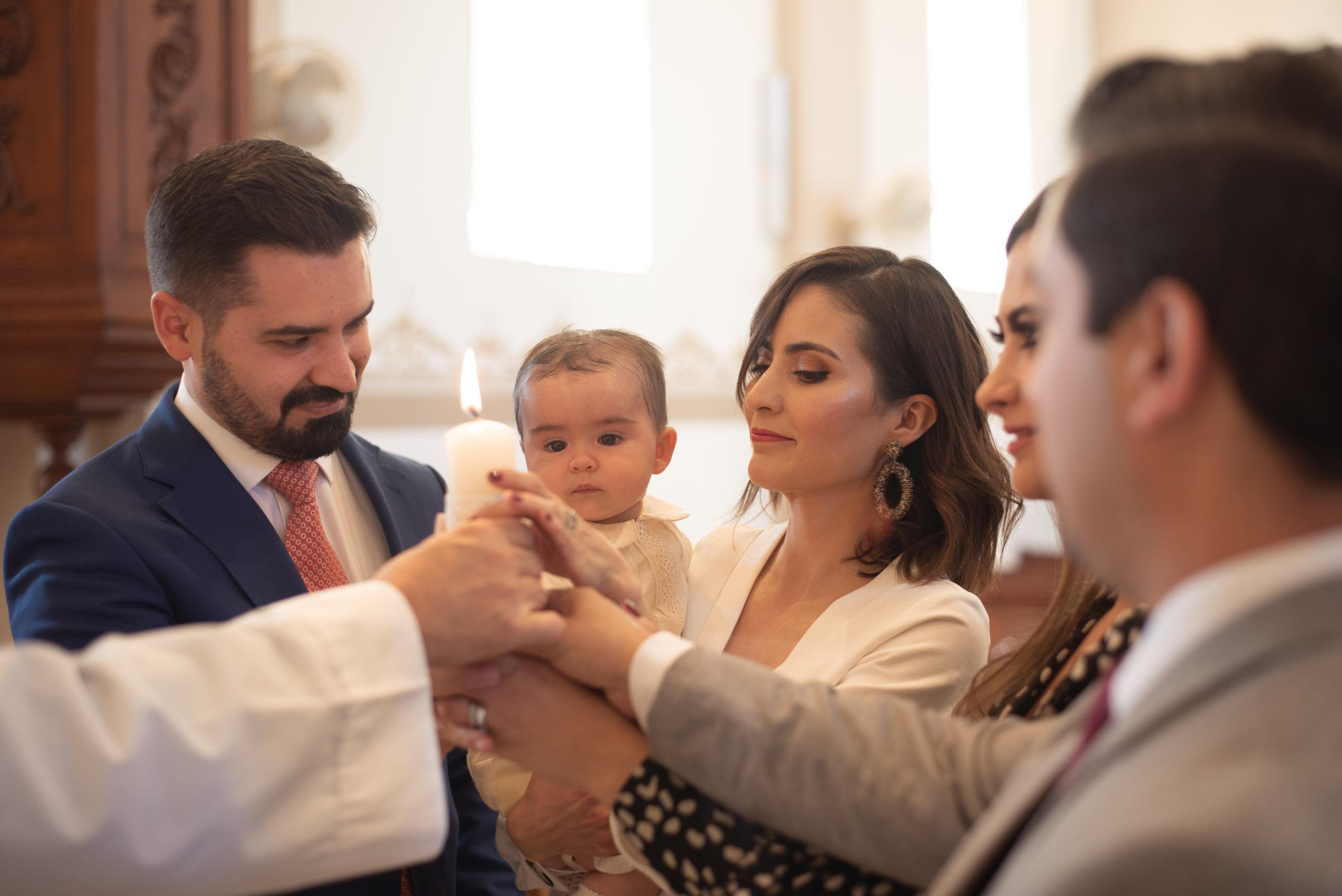 Jorge con sus papás y padrinos.