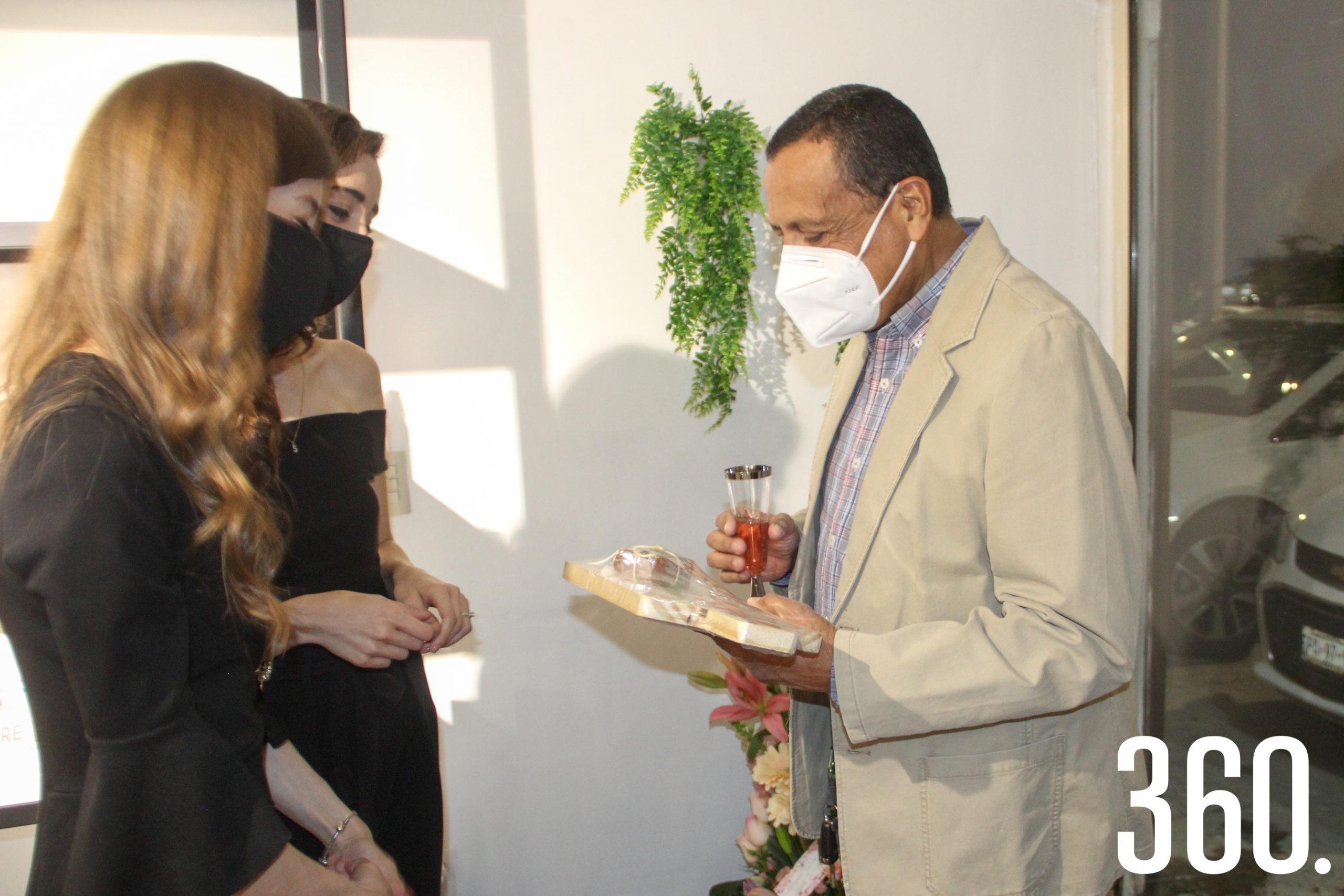 Valeria y Sofía dando un regalo a Lemuel Burciaga.