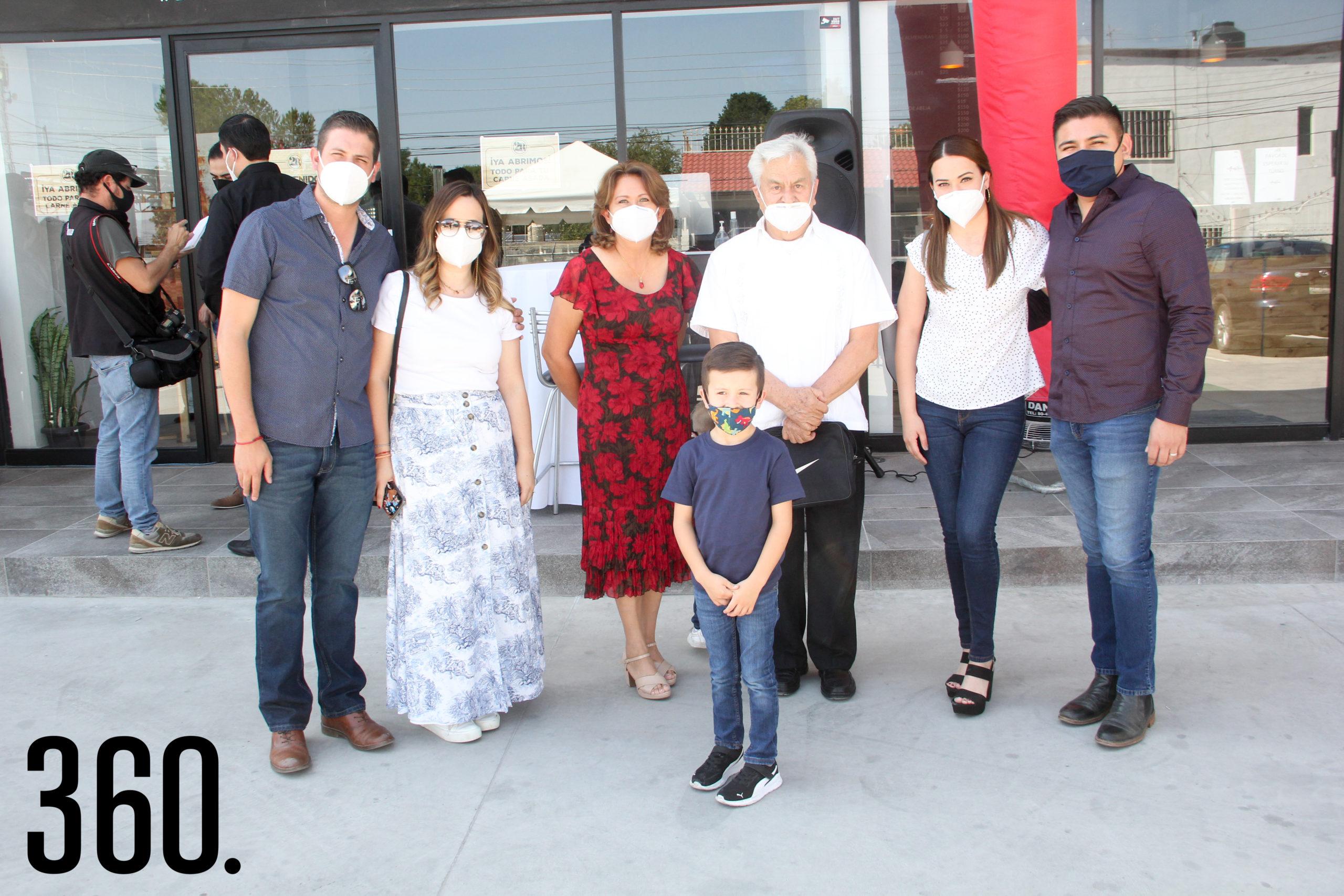 Familia Gil Carral y el Padre Raúl Ramos.