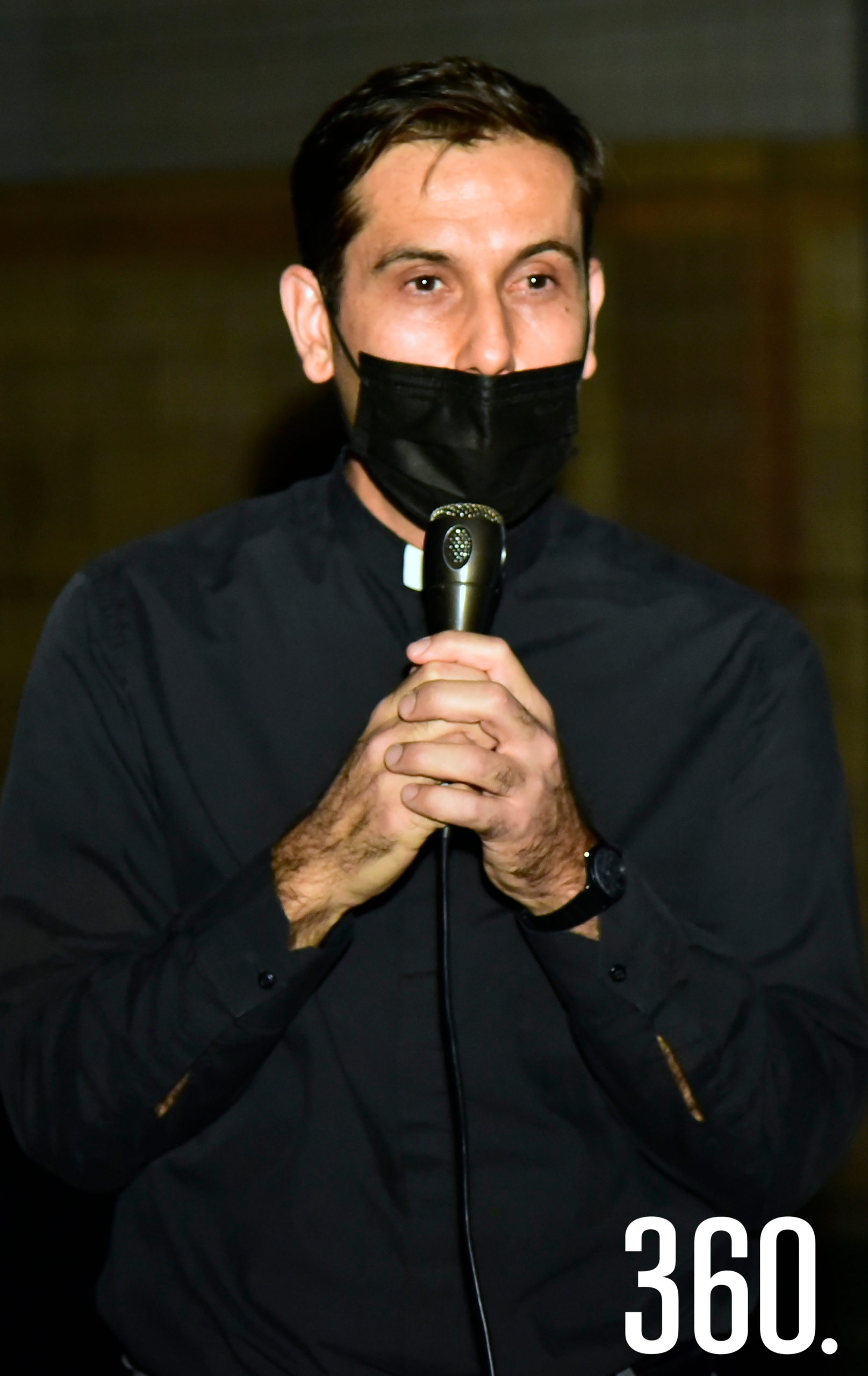 Padre Adán López dando la bienvenida a los presentes.