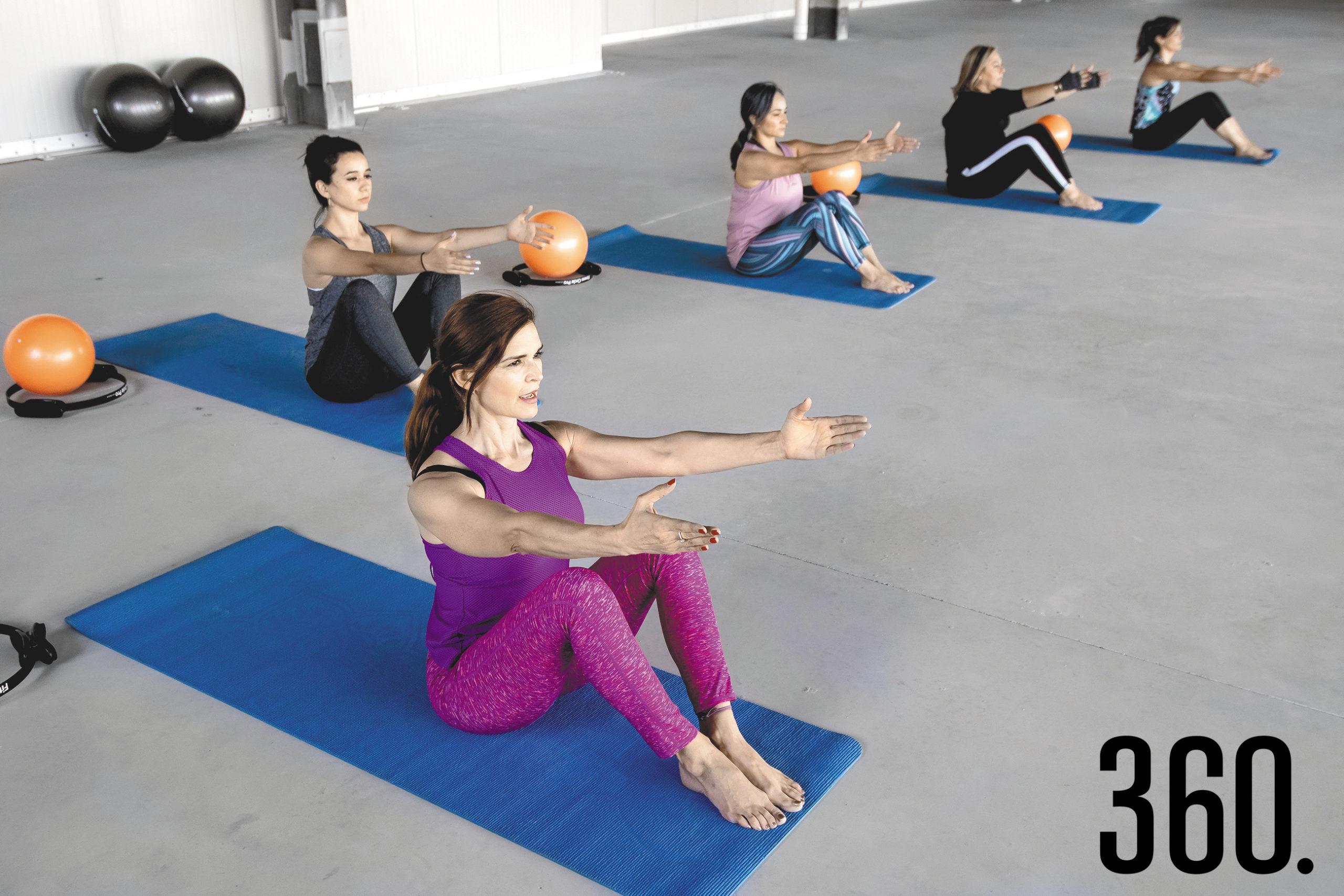 Hacer pilates da fuerza y estabilidad interna, reduce el estrés y el dolor de espalda.