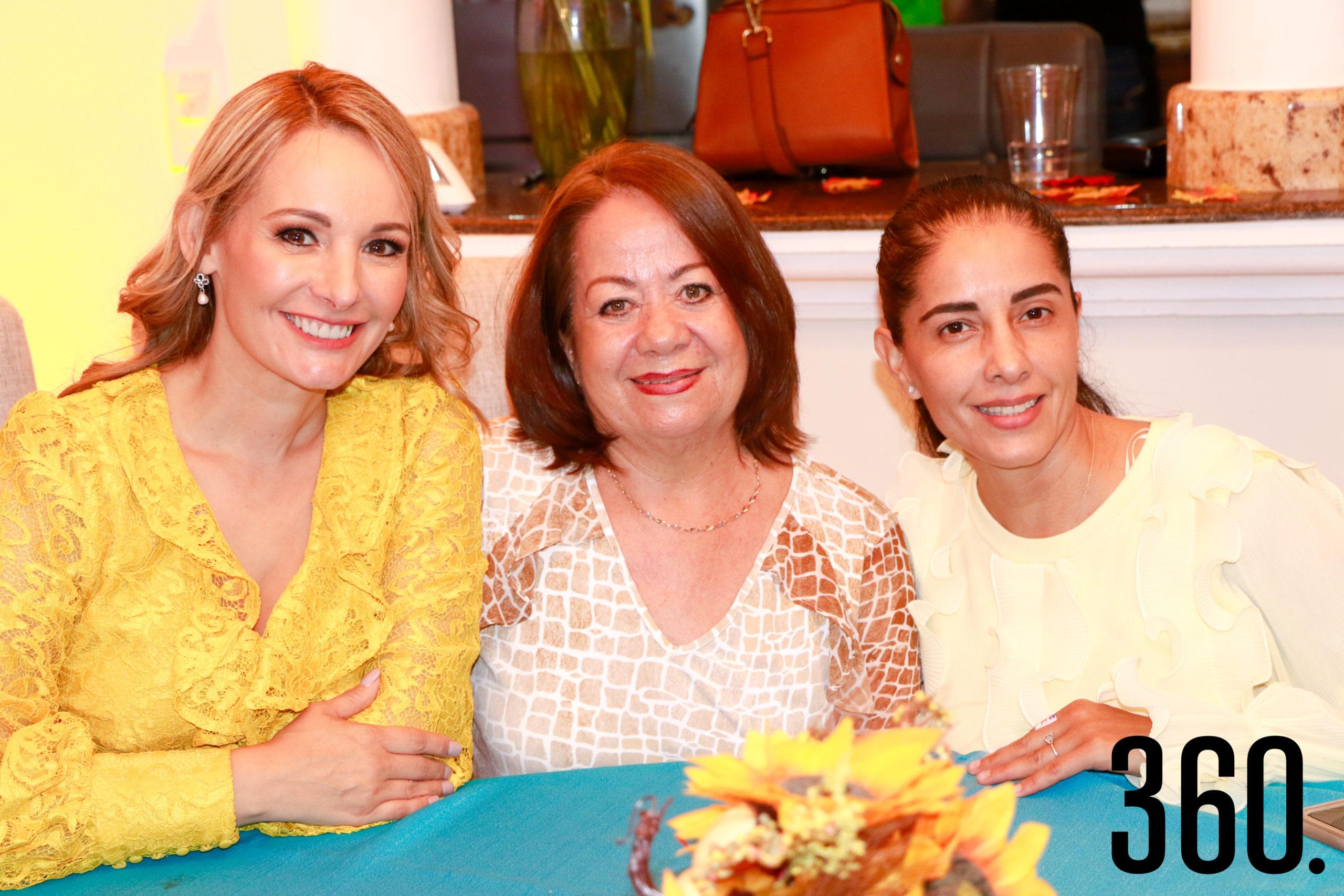 Lorena de los Santos, Rebeca Bonilla y Erika de Favila.
