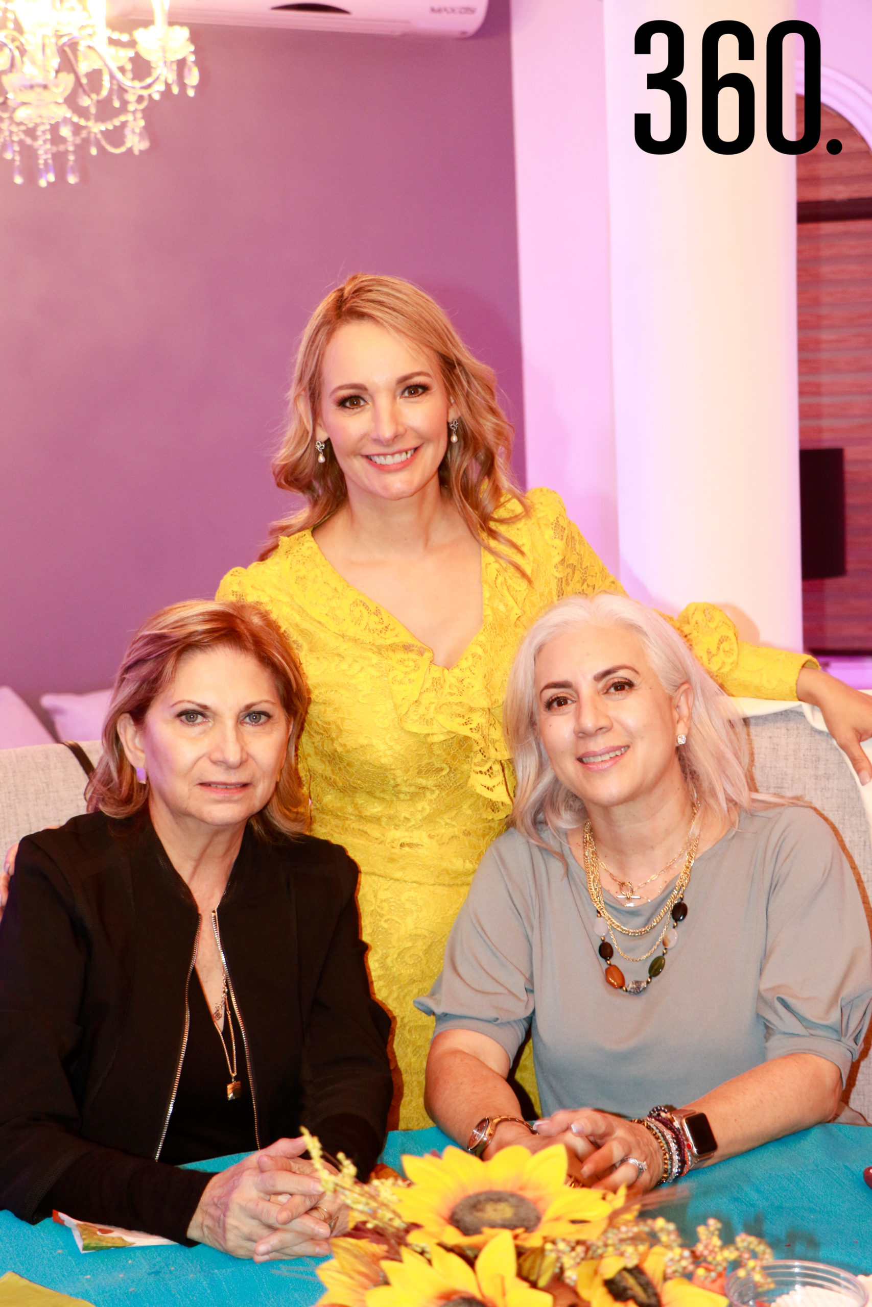 Lorena con Maricela de Mata y Patricia Flores de Ylizaliturri.