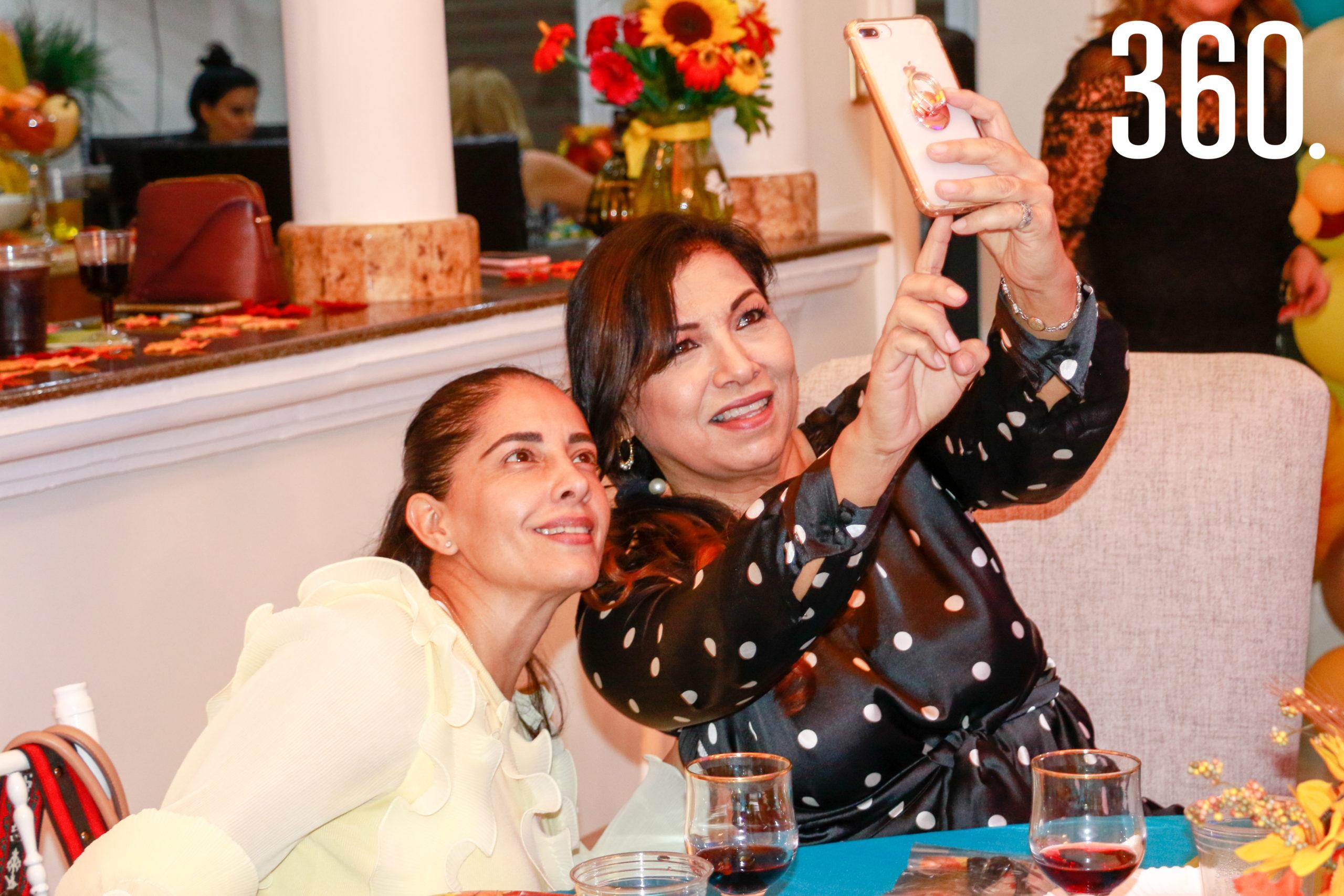 Erika de Favila y Paty Aguado.