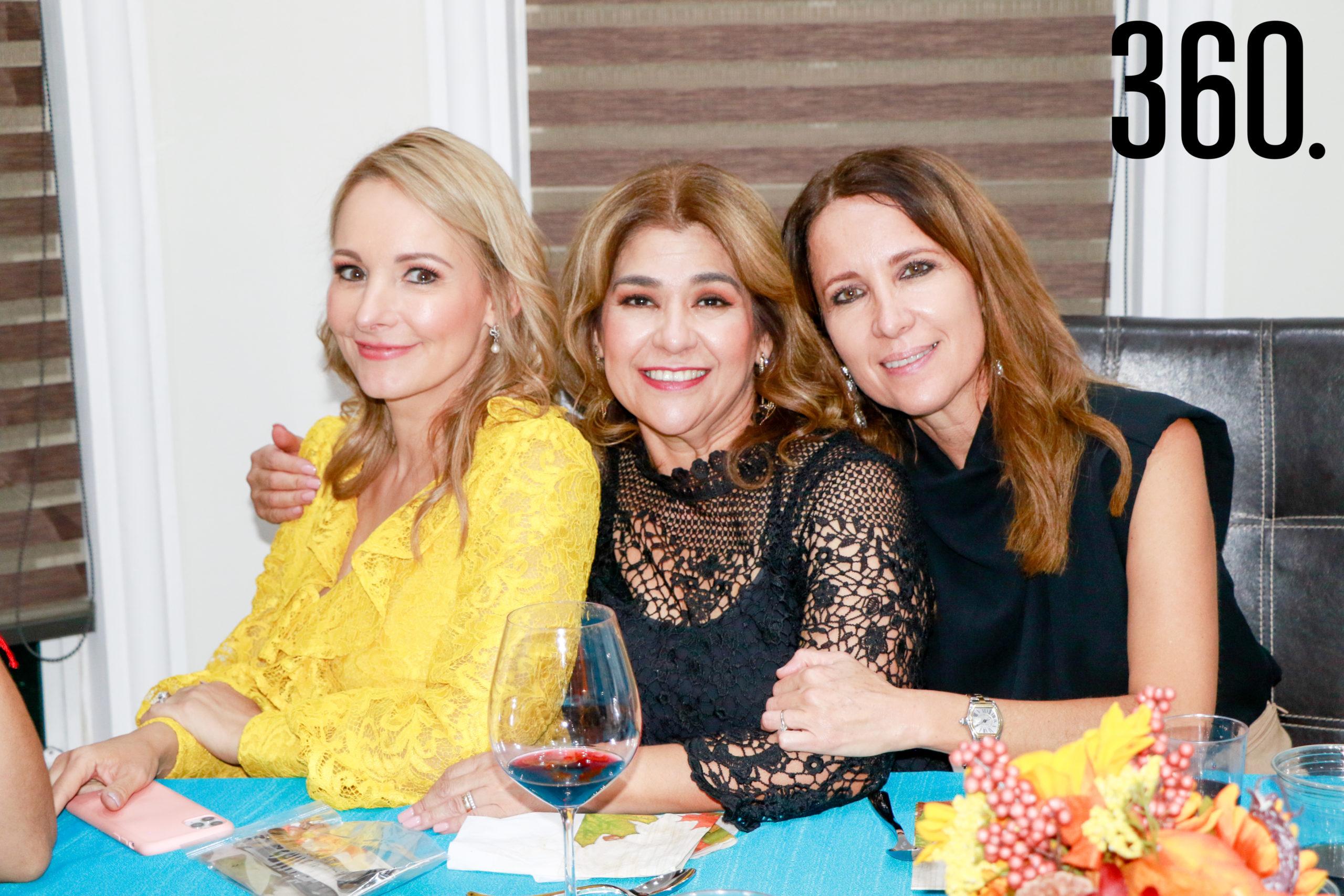 Lorena con Betise Valdés y Olinda Elizondo.