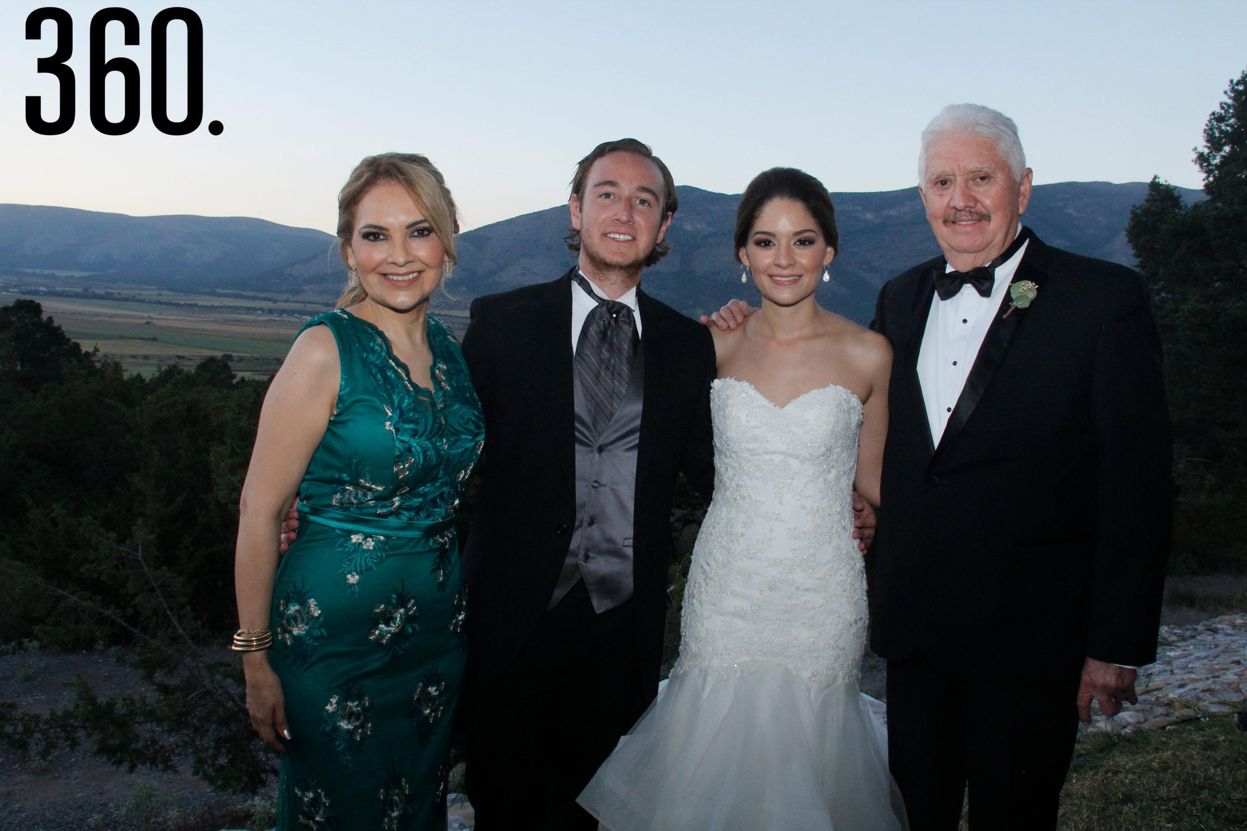 María Cristina Meraz González y Alberto Javier Navarro Rivera, con su hija Valeria y Jorge.