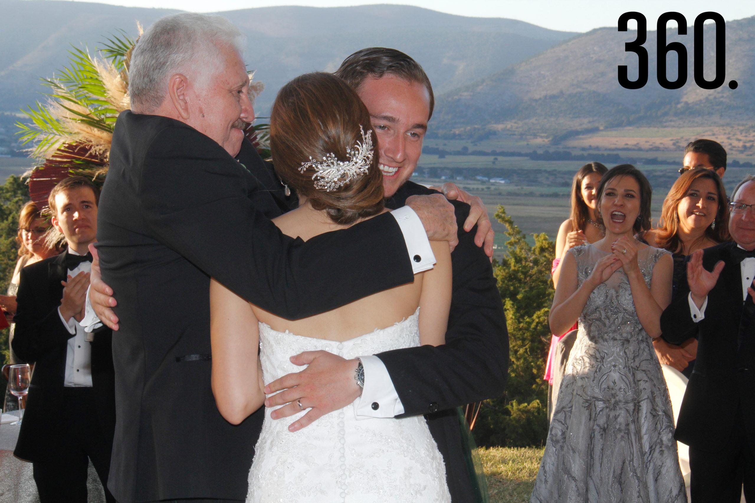 El padre de la novia, Alberto Javier Navarro Rivera, dio un fuerte abrazo a Jorge y Valeria.