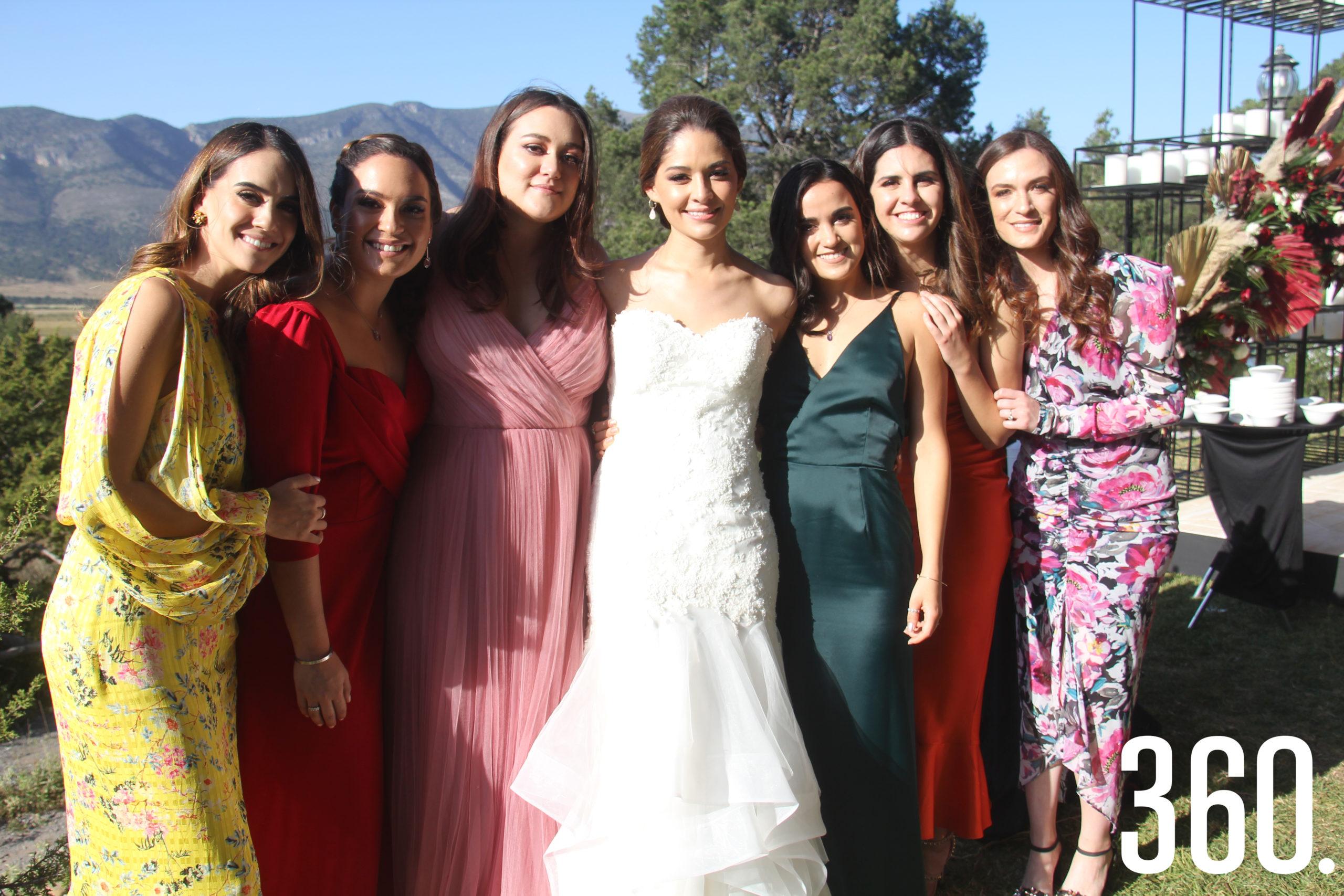 La feliz novia, Valeria, con sus mejores amigas.