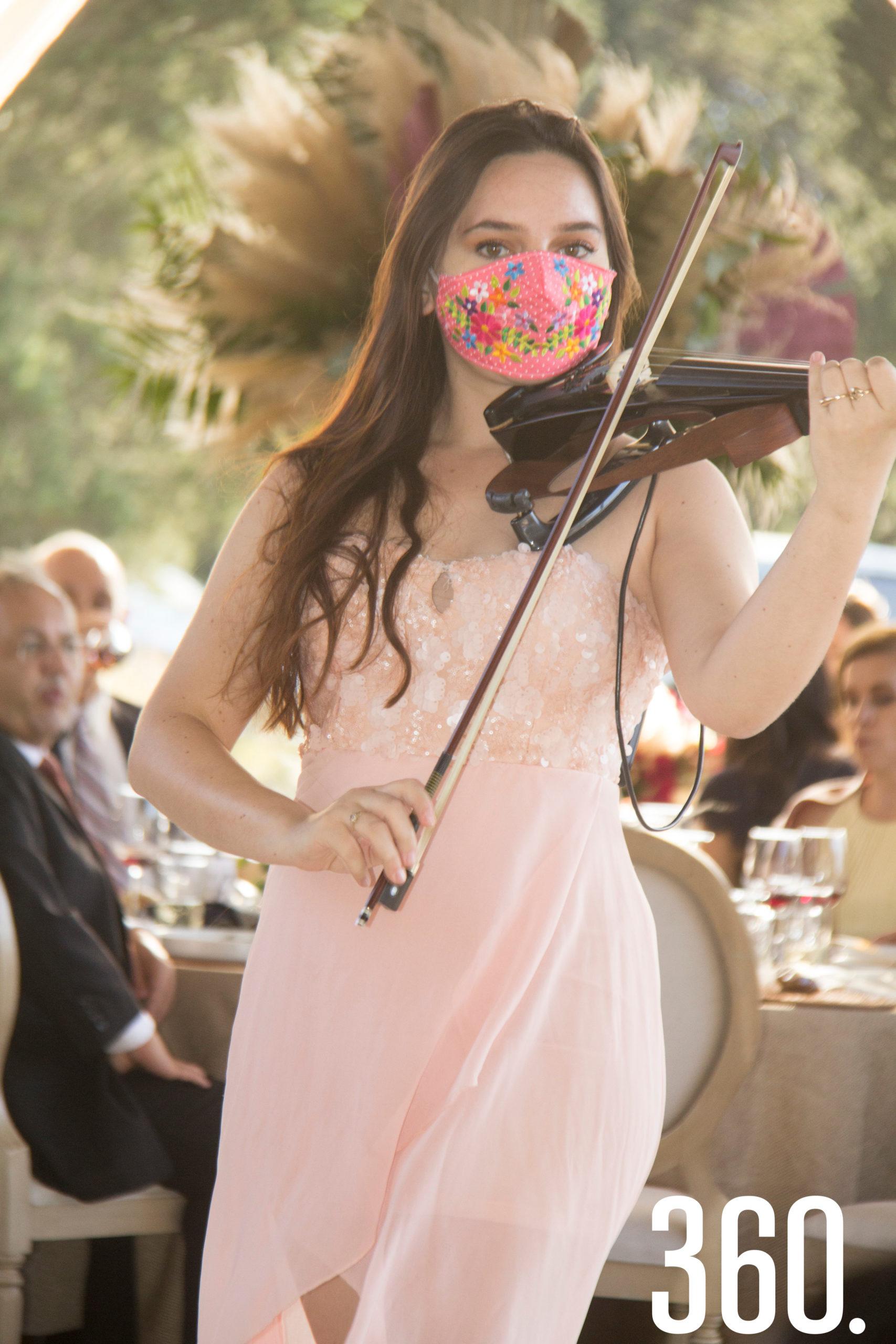 La violinista regiomontana, Priscilla Portales, cautivó con su excelente interpretación de temas clásicos durante la comida.