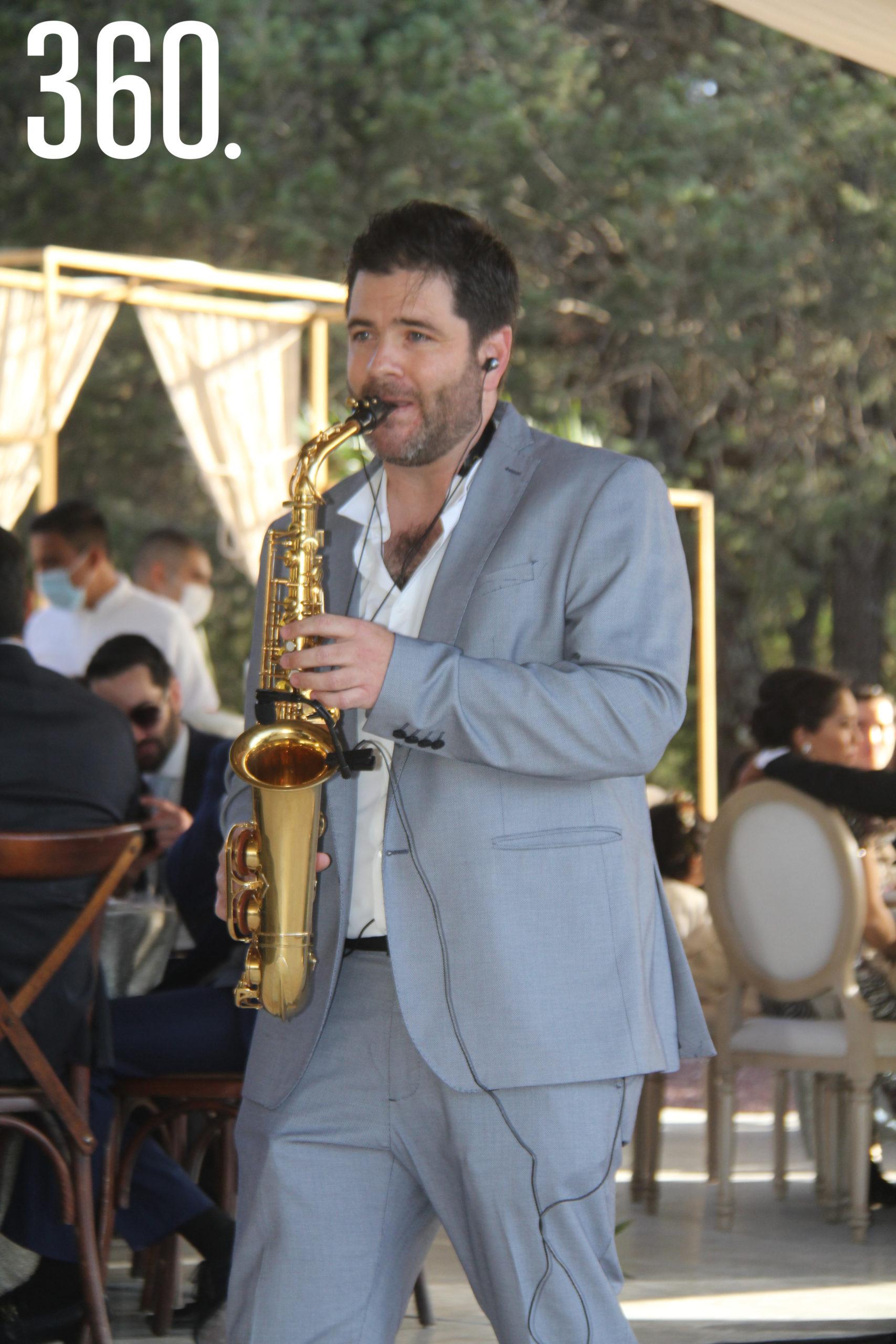 El saxofonista Mauricio González interpretó diversos temas musicales en la boda de Jorge y Valeria.