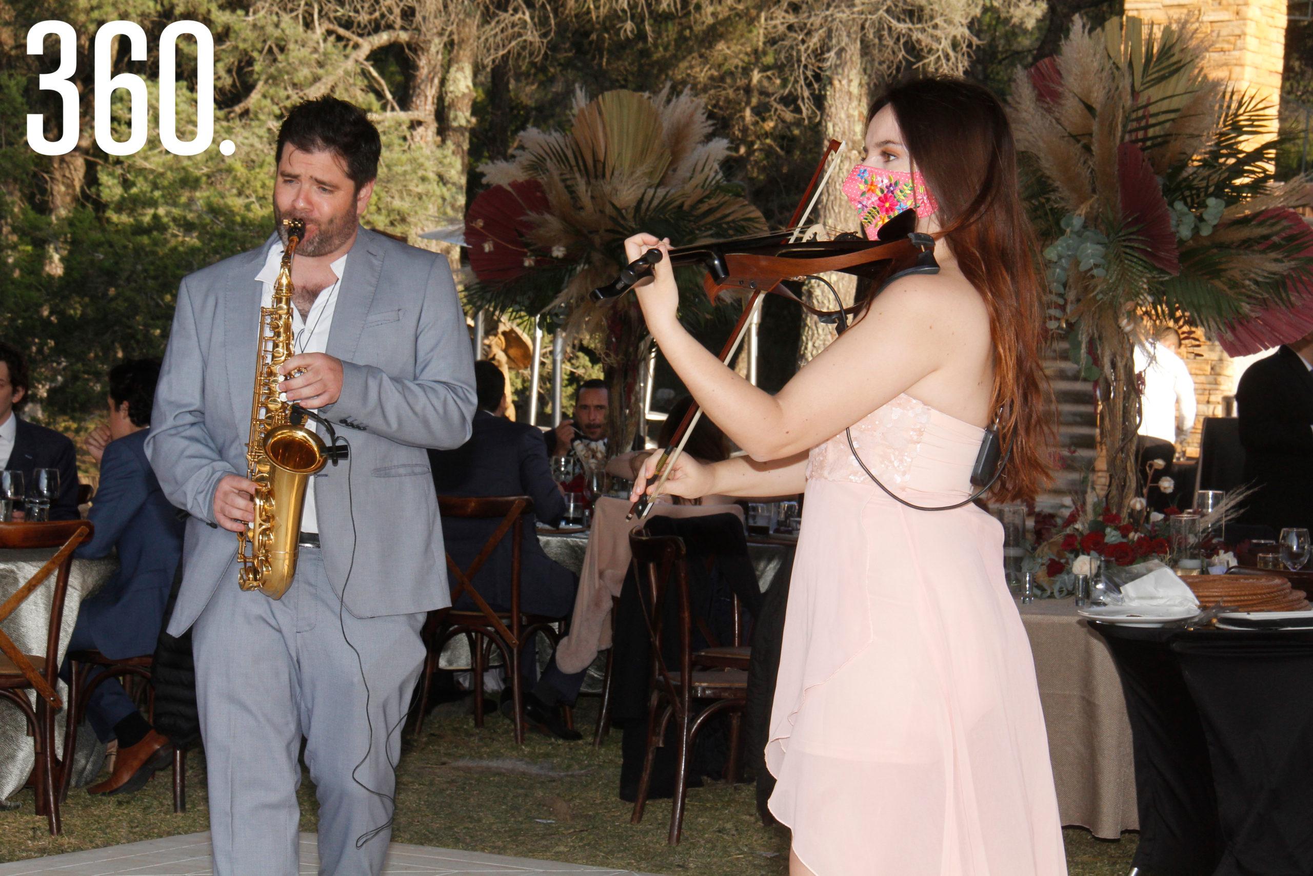 El saxofonista Mauricio González y la violinista Priscilla Portales tocaron en dueto románticos temas para los novios.