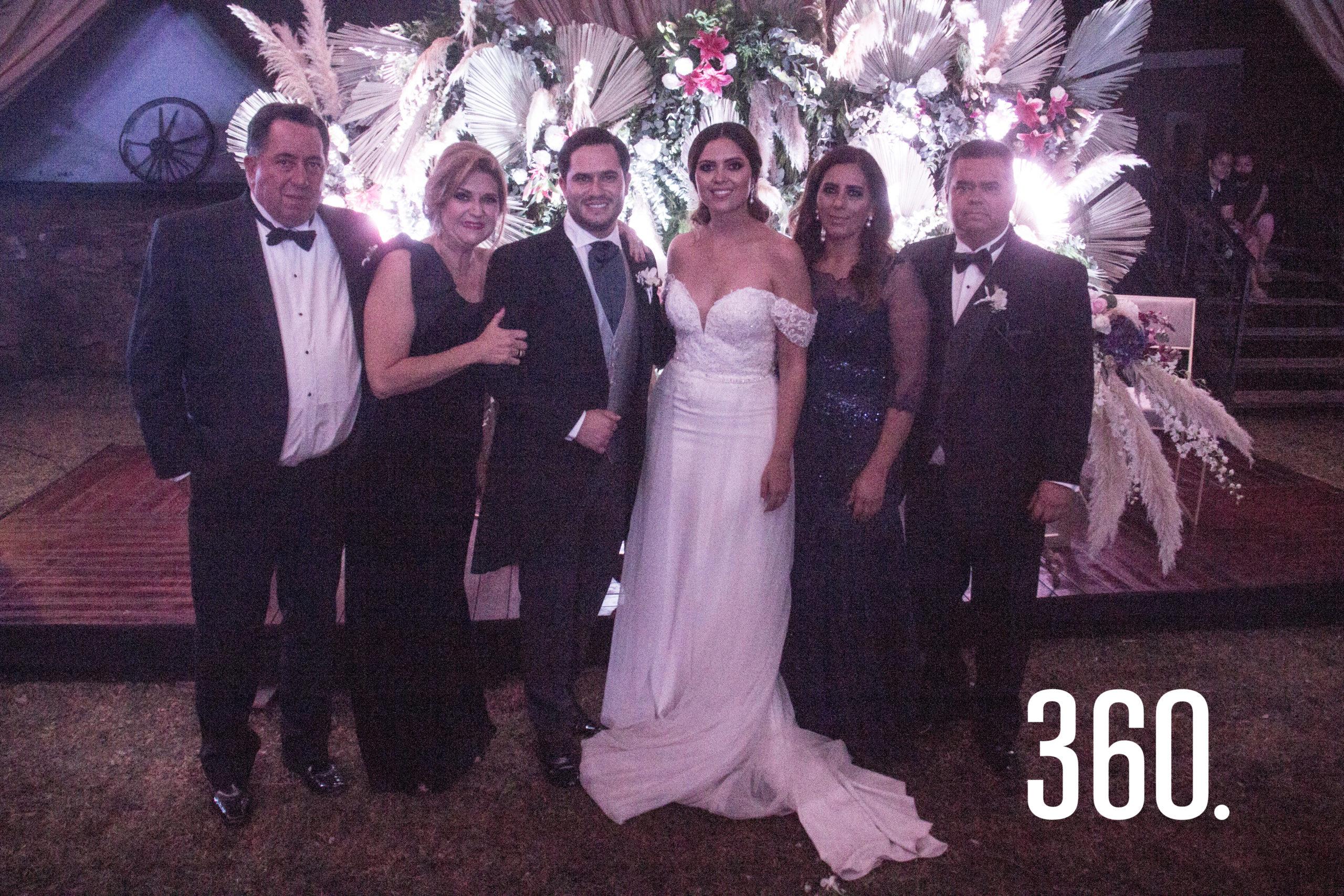 Gaby y Eduardo acompañados por sus padres, Jorge Peart, Lucy Zapata, María Lucía Hernández y Carlos Gómez.