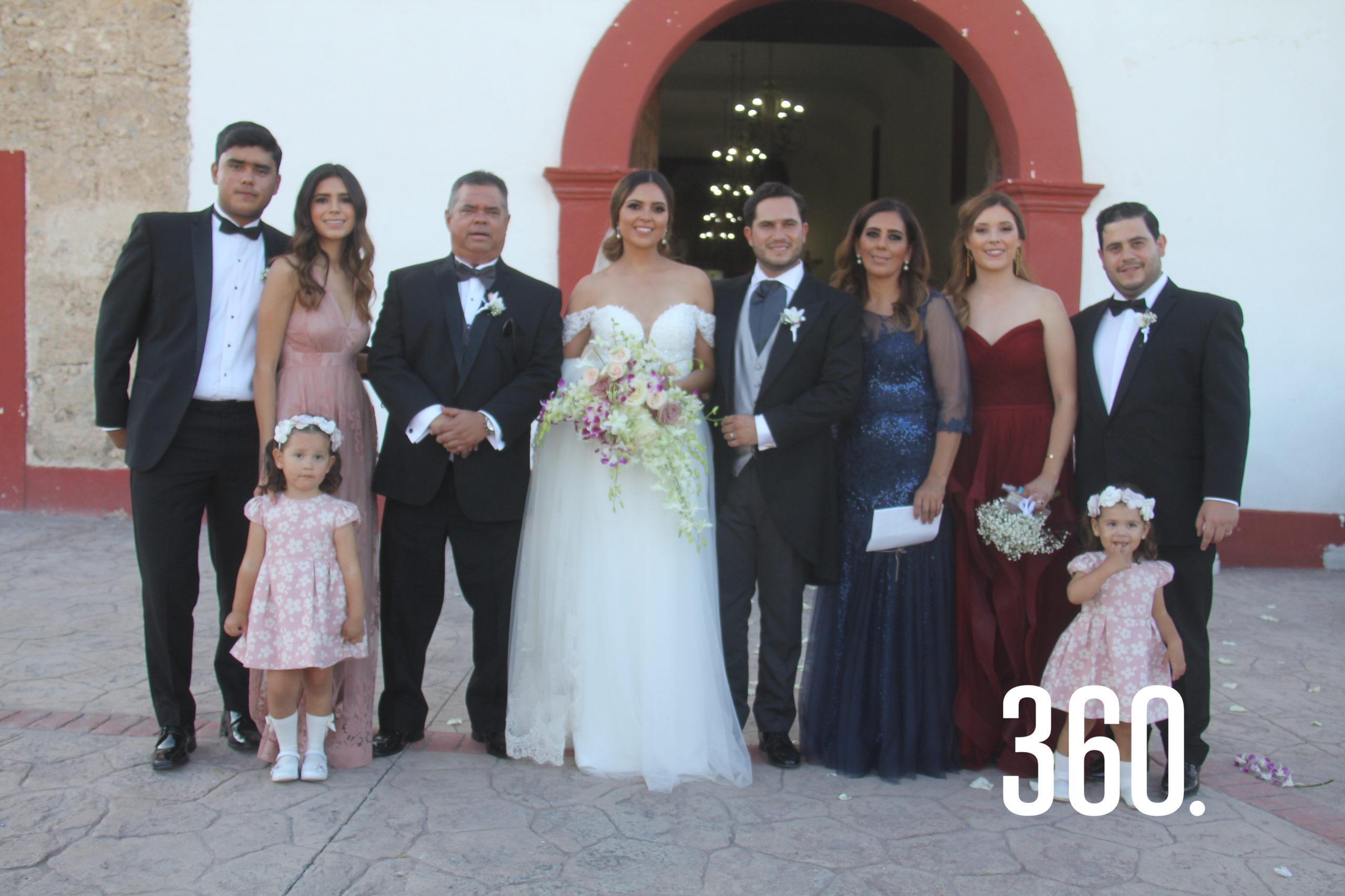 El nuevo matrimonio Peart Gómez acompañados por la familia de la novia.