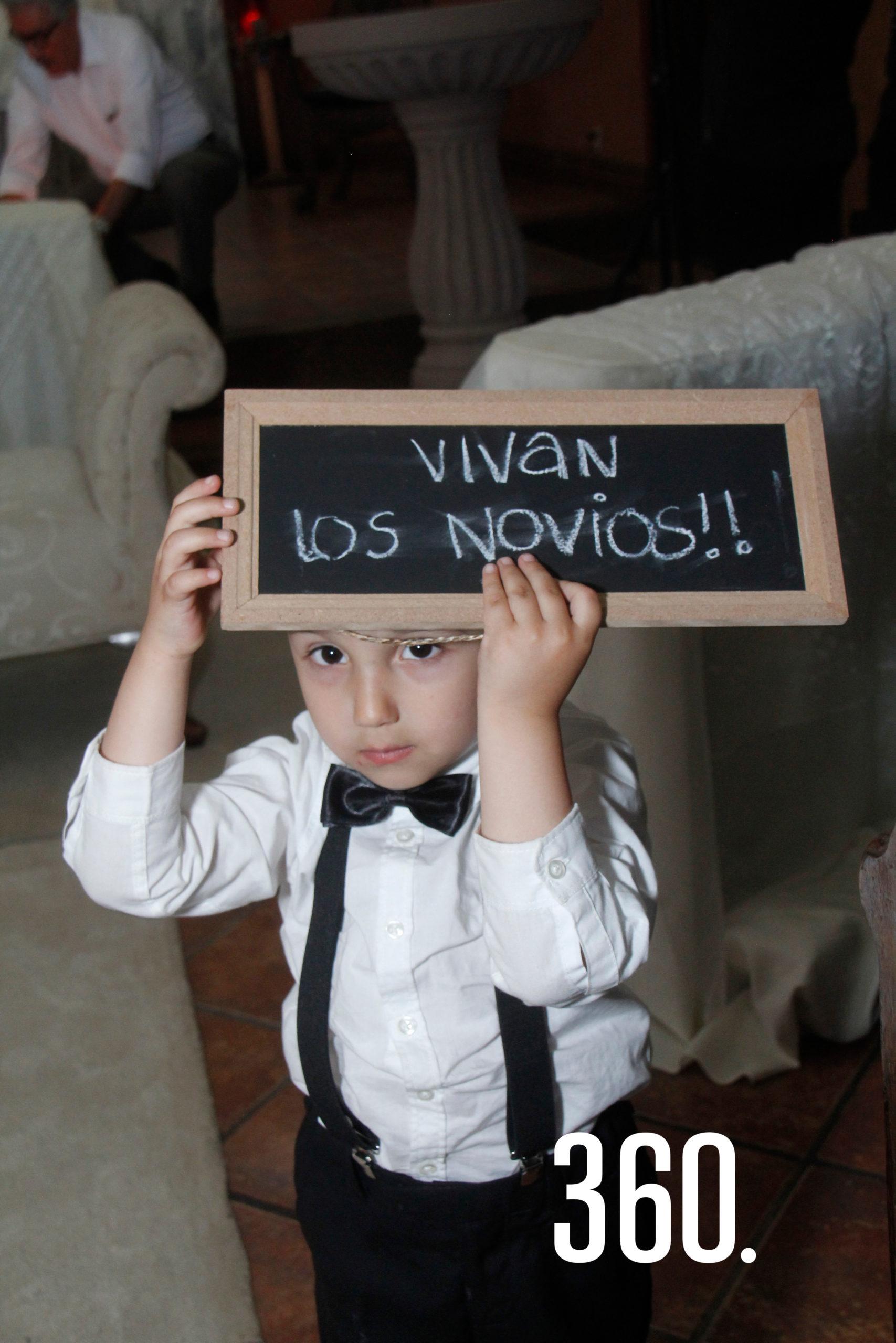 """""""Vivan los novios"""", se leía en el letrero que llevó Roberto Rendón Peart."""