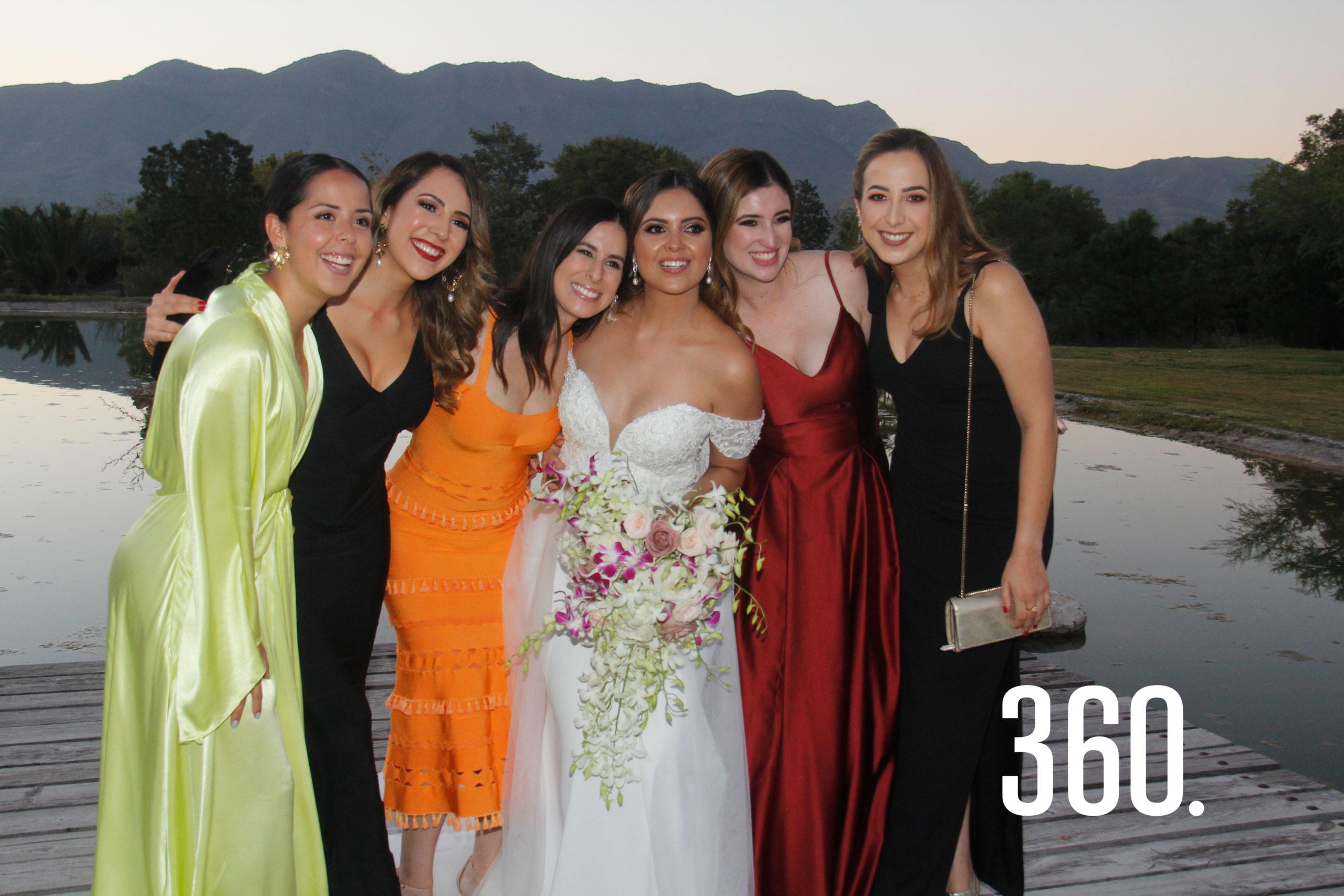 La radiante novia acompañada por sus amigas.