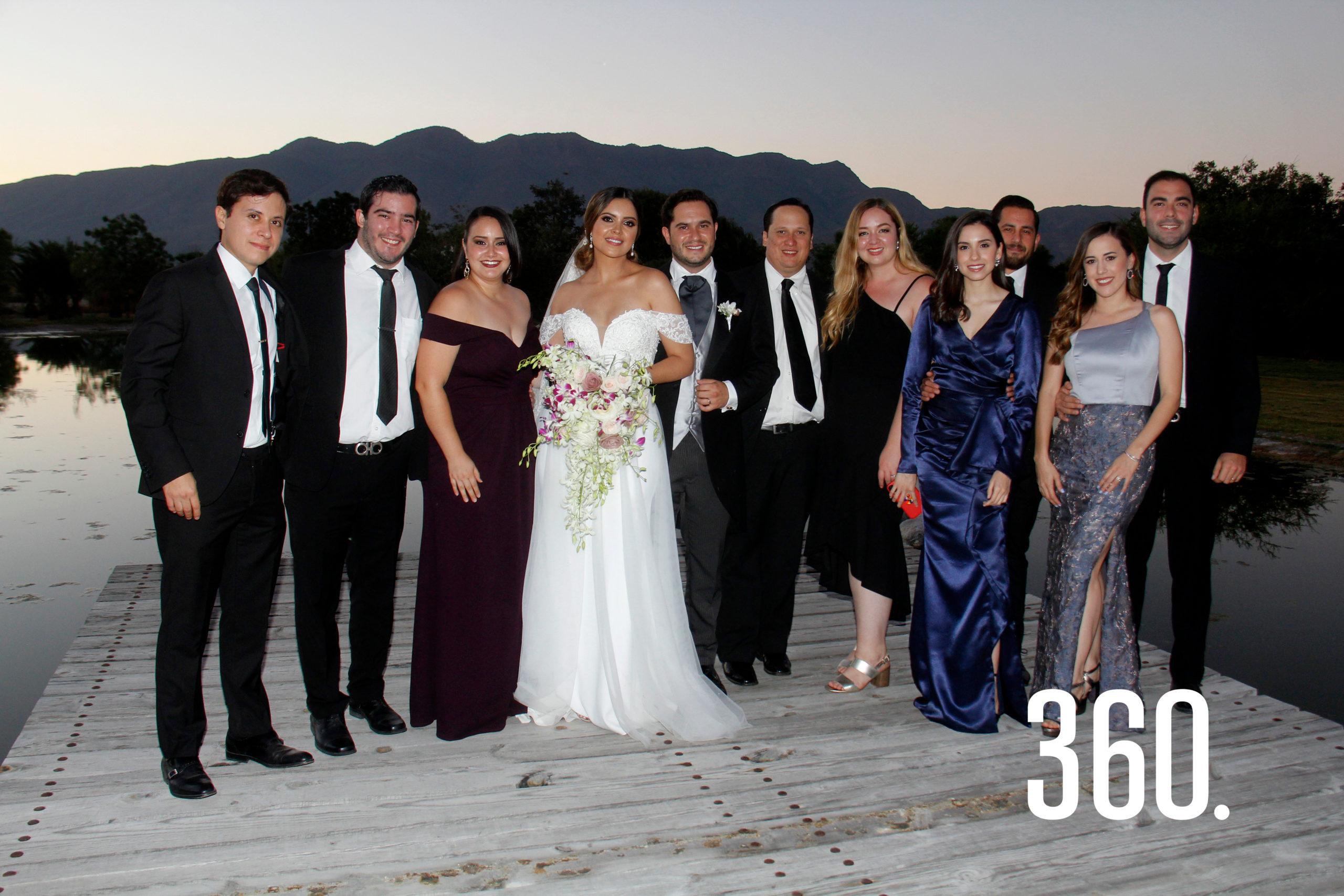 Los amigos de Eduardo y Gaby los acompañaron en la recepción de su boda.