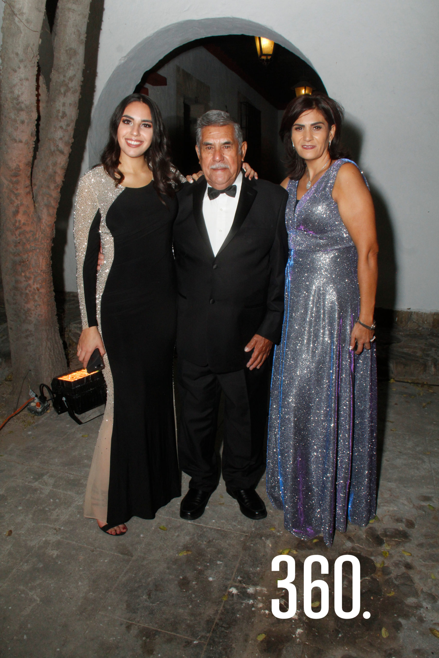 Don Antonio Zapata, abuelito del novio, acompañado por Melissa Pepi y Martha Zapata.