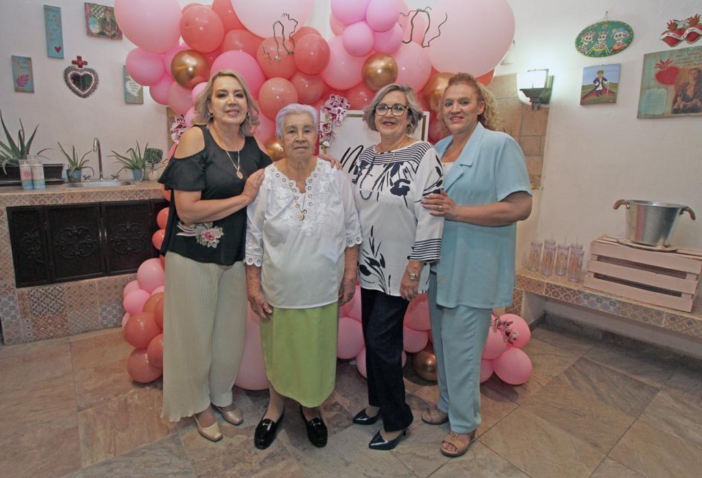 La festejada con Socorro Villegas, Yony y Pilar Durón.
