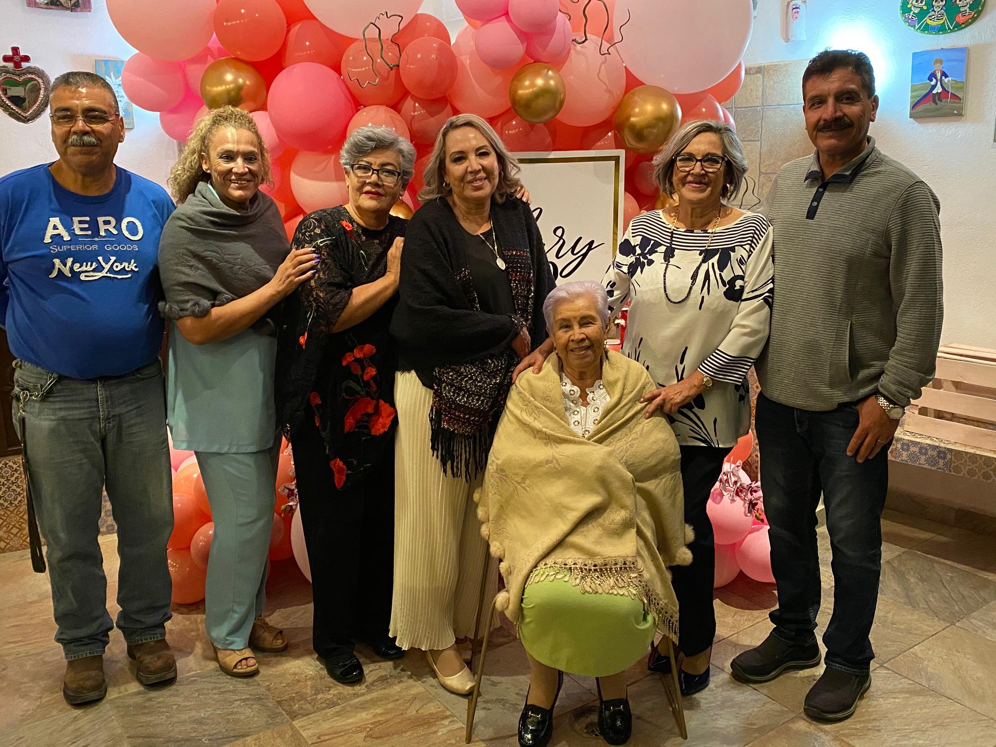 Alejandro, Pilar, Loly, Mary, Socorro Villegas, Yony y Zito Durón.