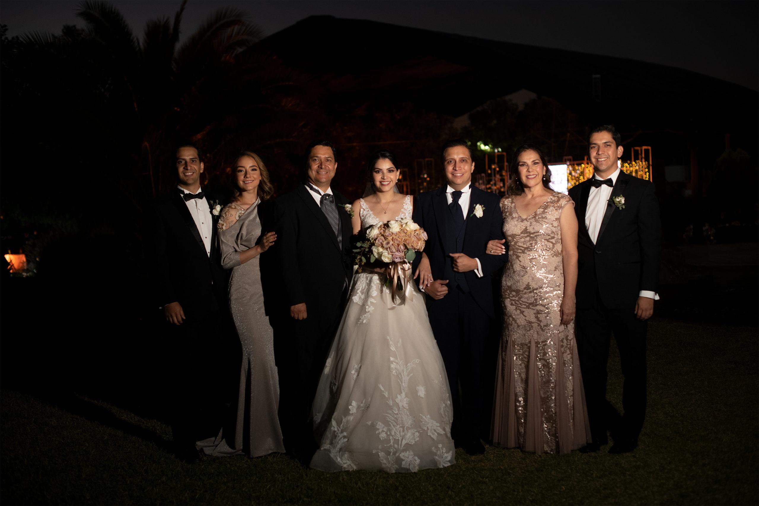 Ana Cristina y Óscar con la familia de él.