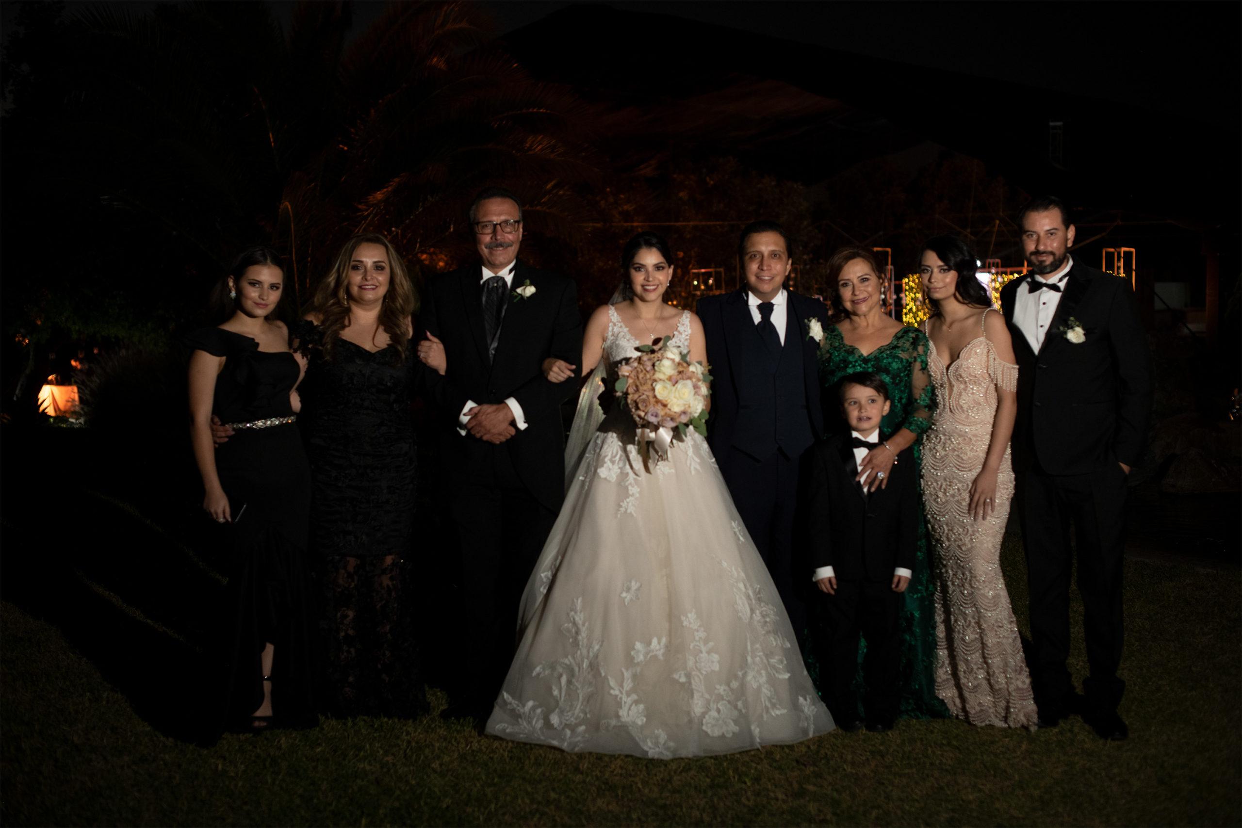 Los novios con la familia de Ana Cristina.