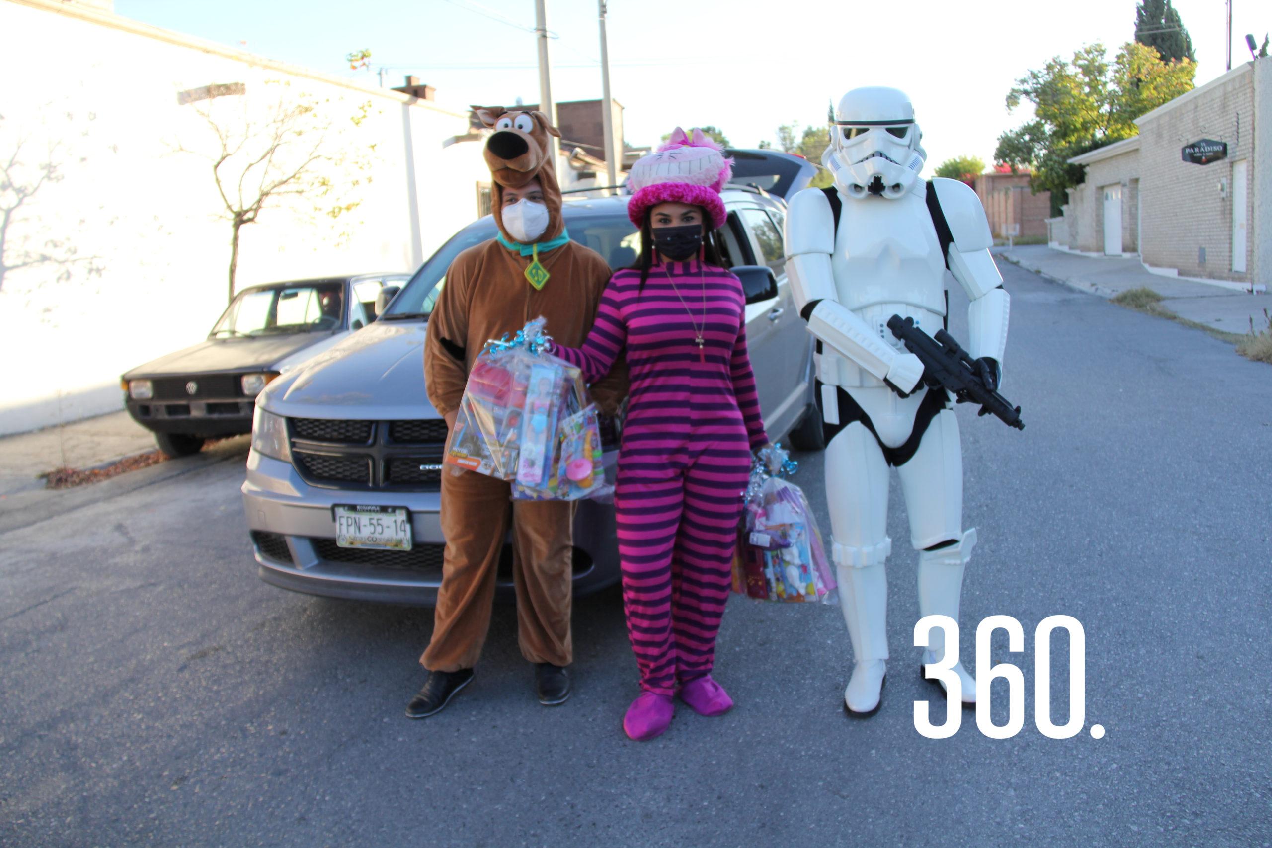Jairo y Yazmín Cerda llevaron juguetes, los acompaña un Stormtrooper.