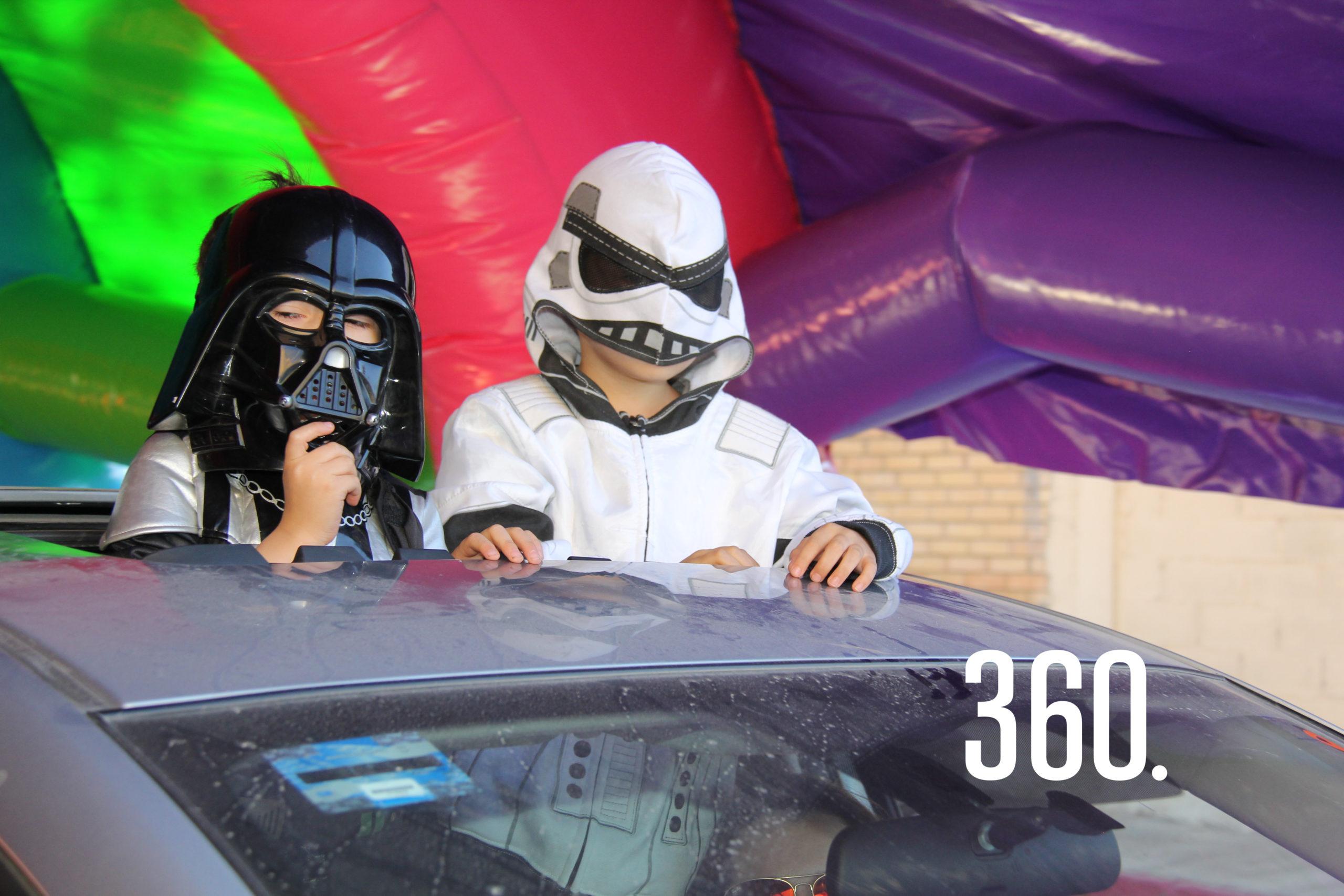 David y Diego Marín, disfrazados de Darth Vader y un Stormtrooper.