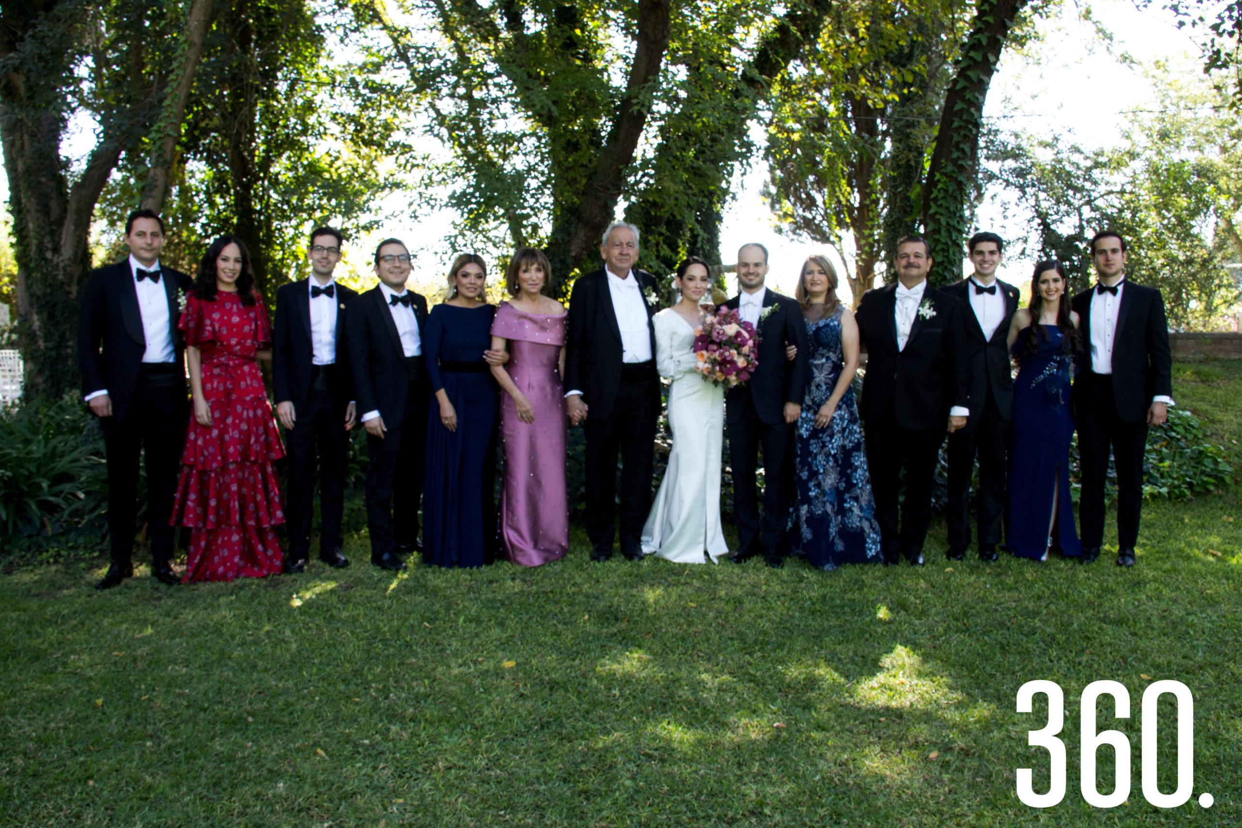 Los novios con sus padres y hermanos.