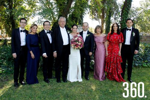 Los padres y hermanos de Miriam acompañan al recién integrado matrimonio De la Garza Rubio.