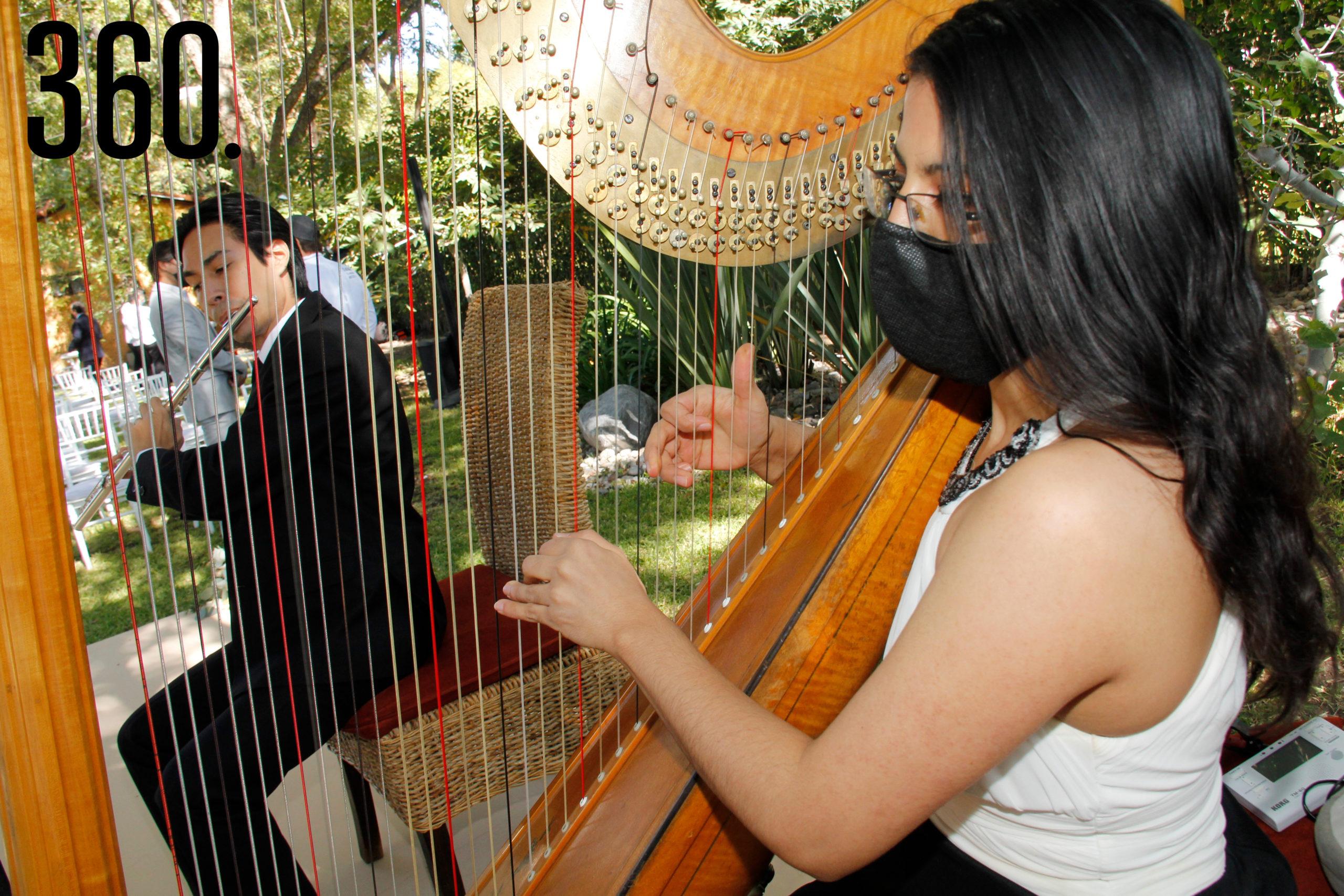 El flautista Carlos Enríquez y Joana Teller en el arpa tocaron durante la ceremonia cristiana