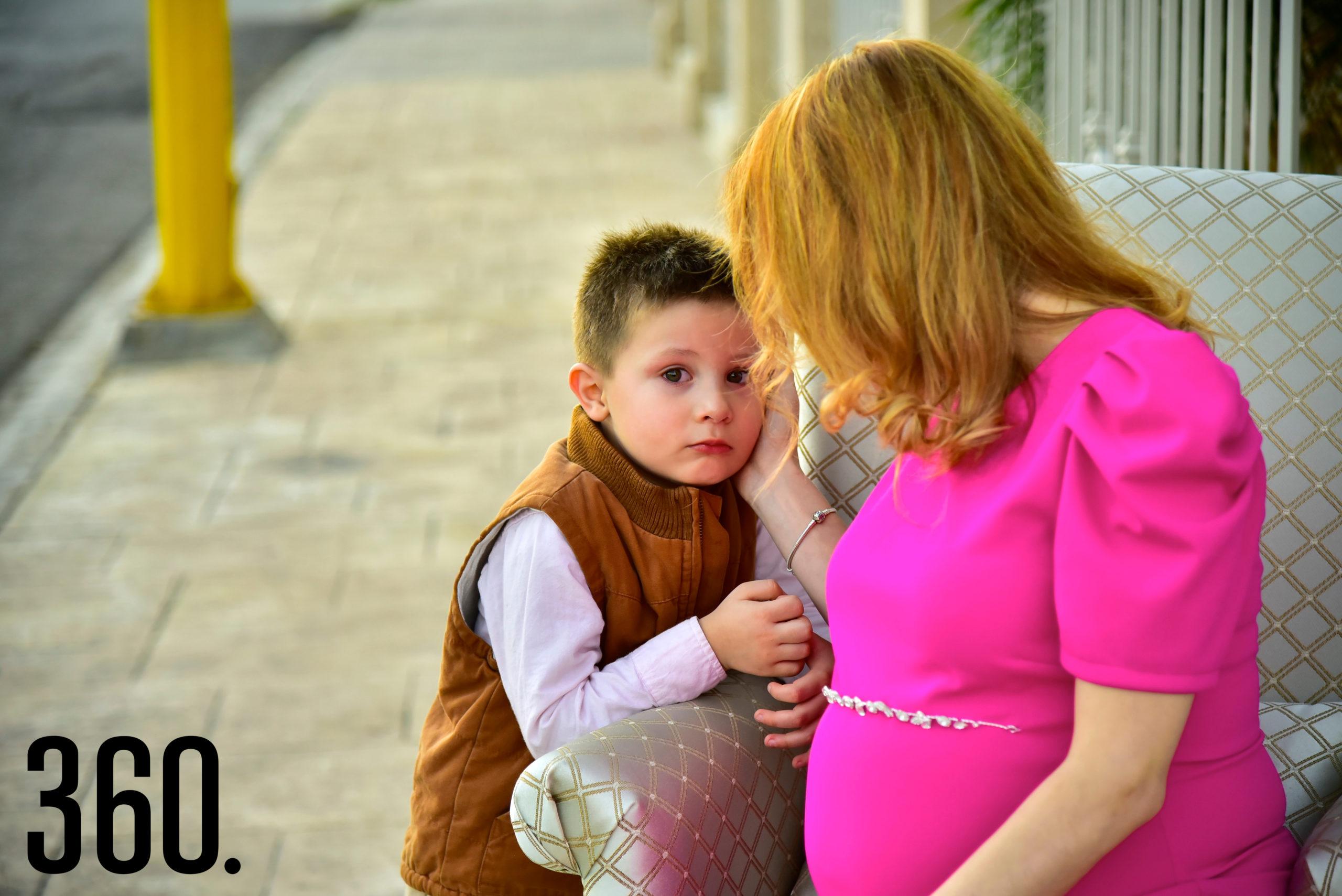 Perla Almaguer hablando amorosamente con su hijo Pedro Espino Almaguer.